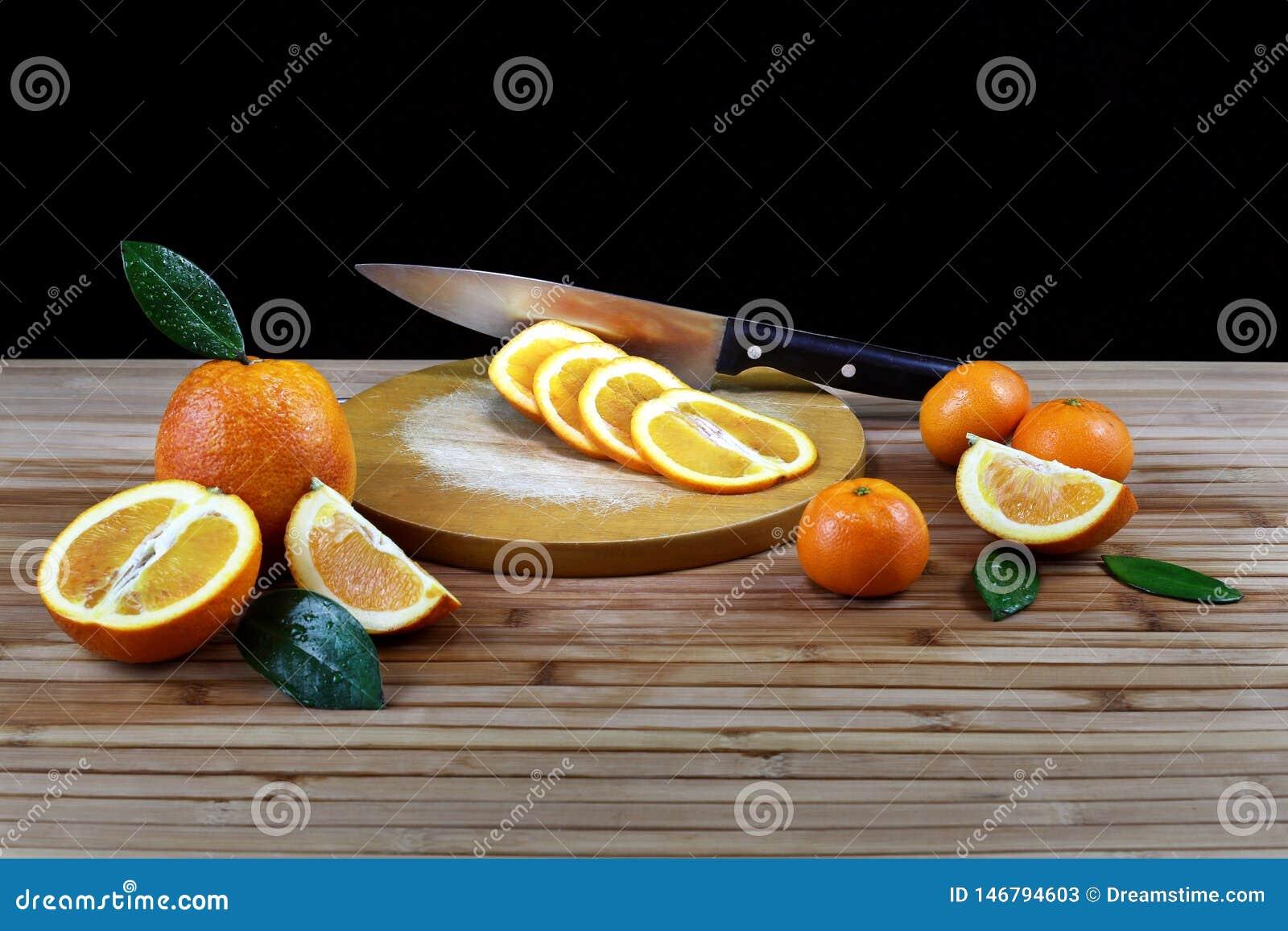 Composition avec l orange coupée en tranches sur la table en bois