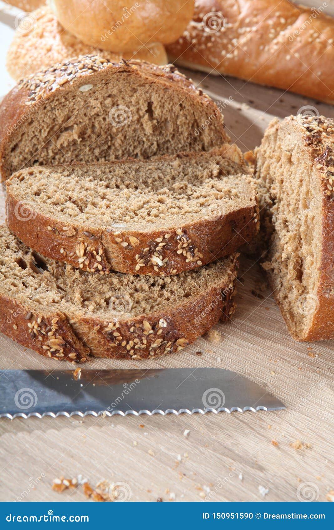 Composition avec la fin coupée de pain brun