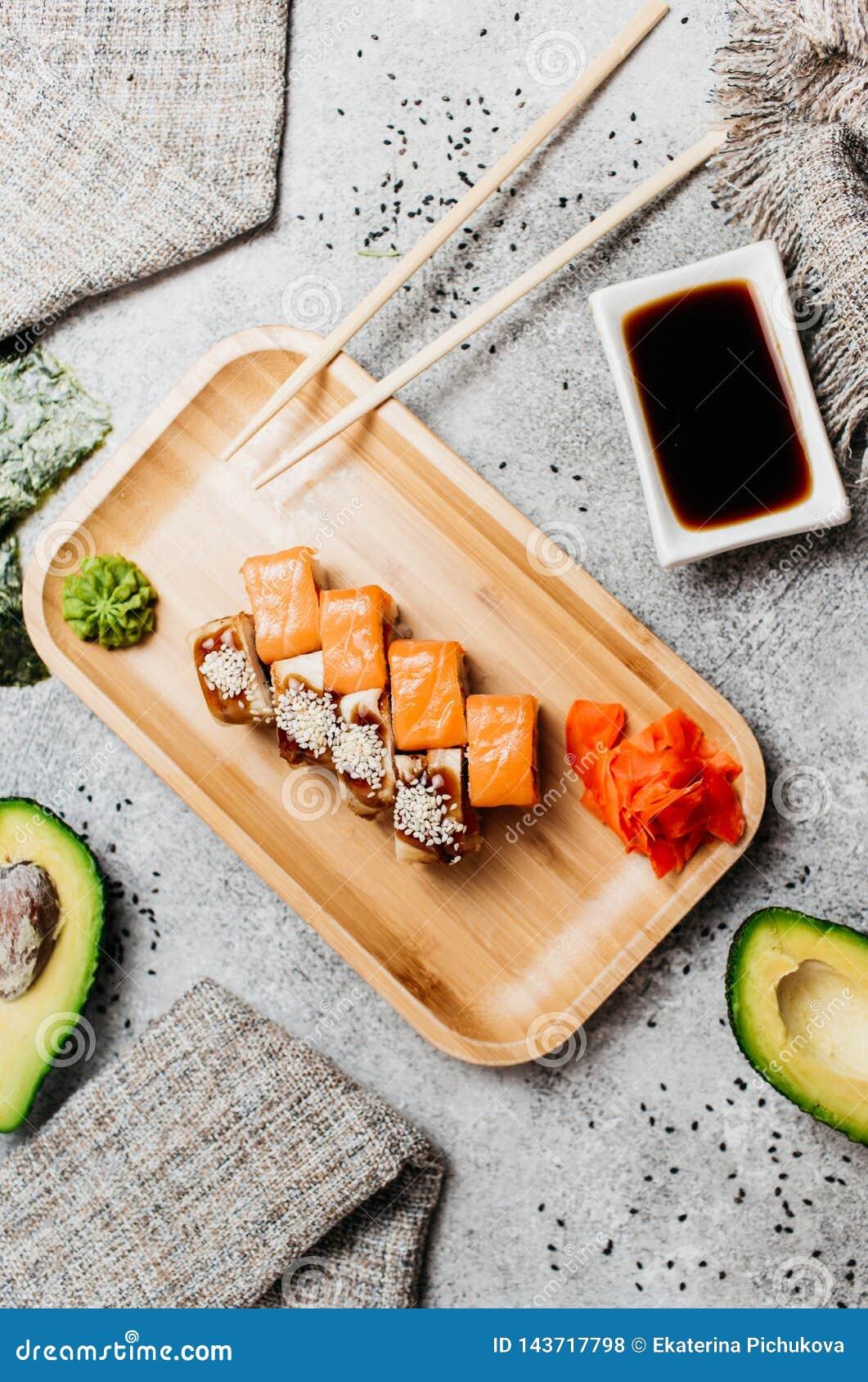 Composition avec les sushi savoureux