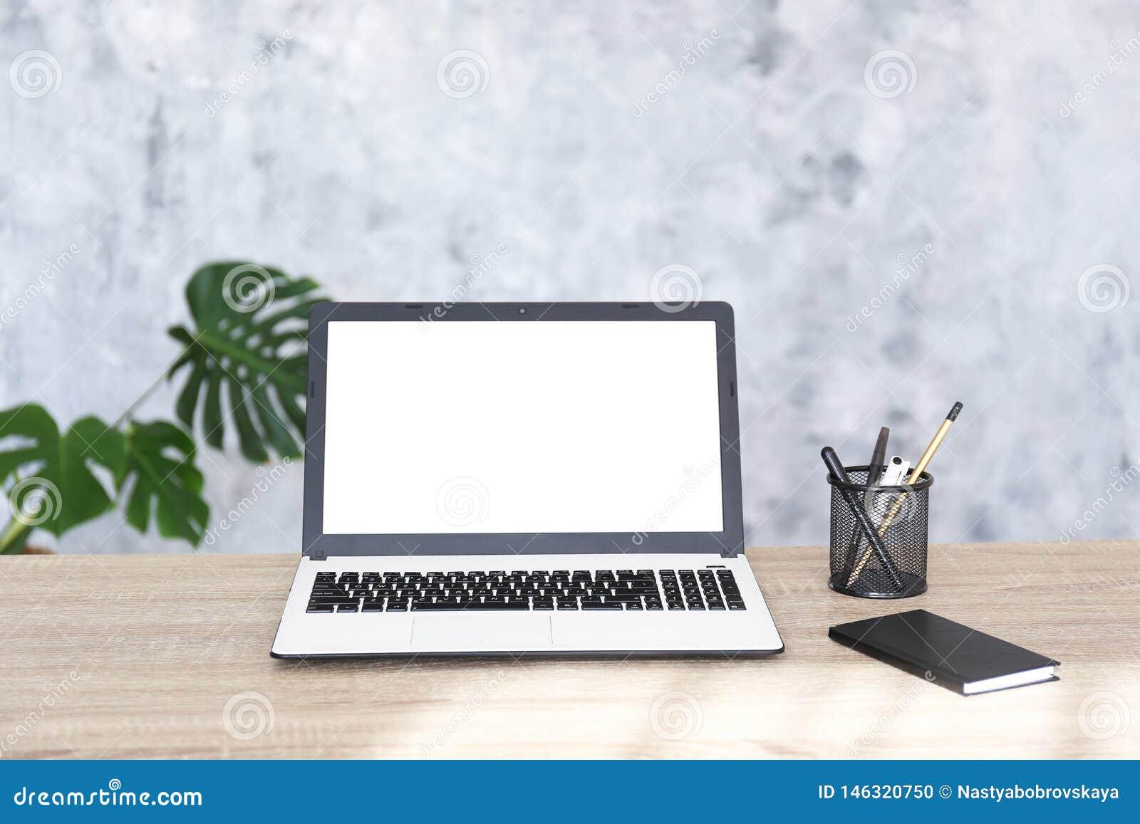 Composition de Minimalistic de lieu de travail avec l ordinateur portable et la papeterie