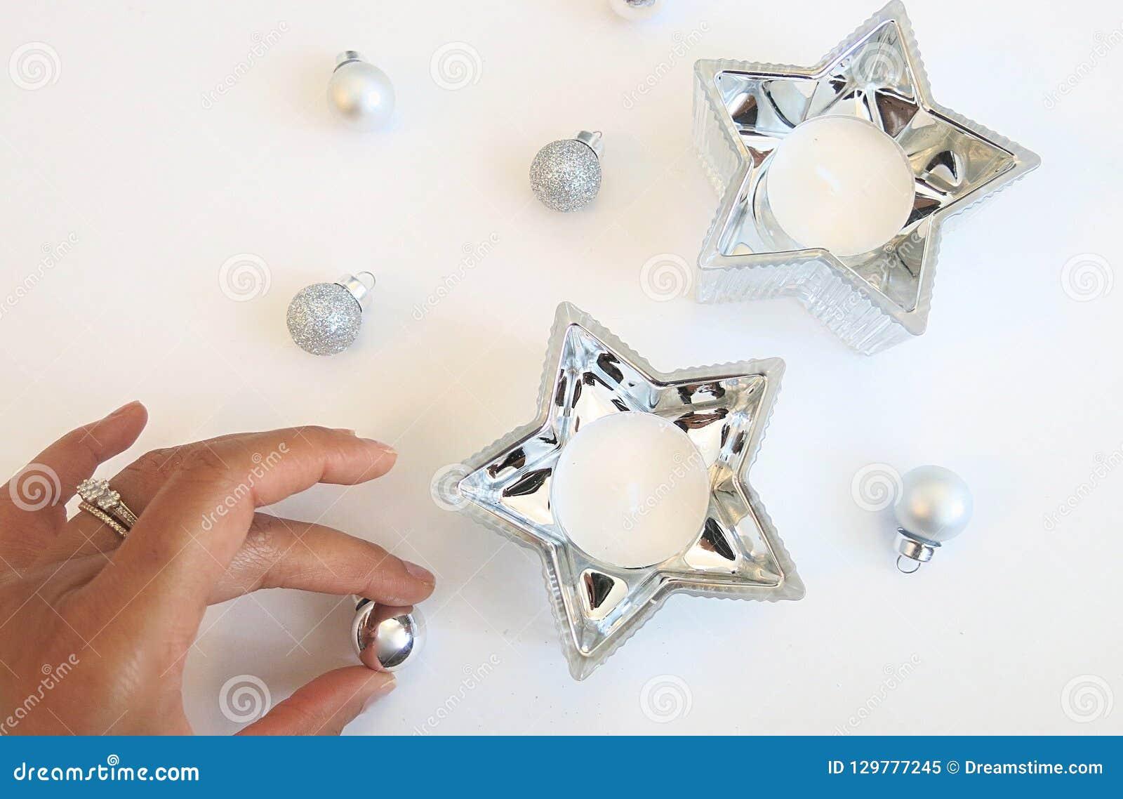 Composition de Noël des ornements argentés et de la décoration argentée de bougie d étoile