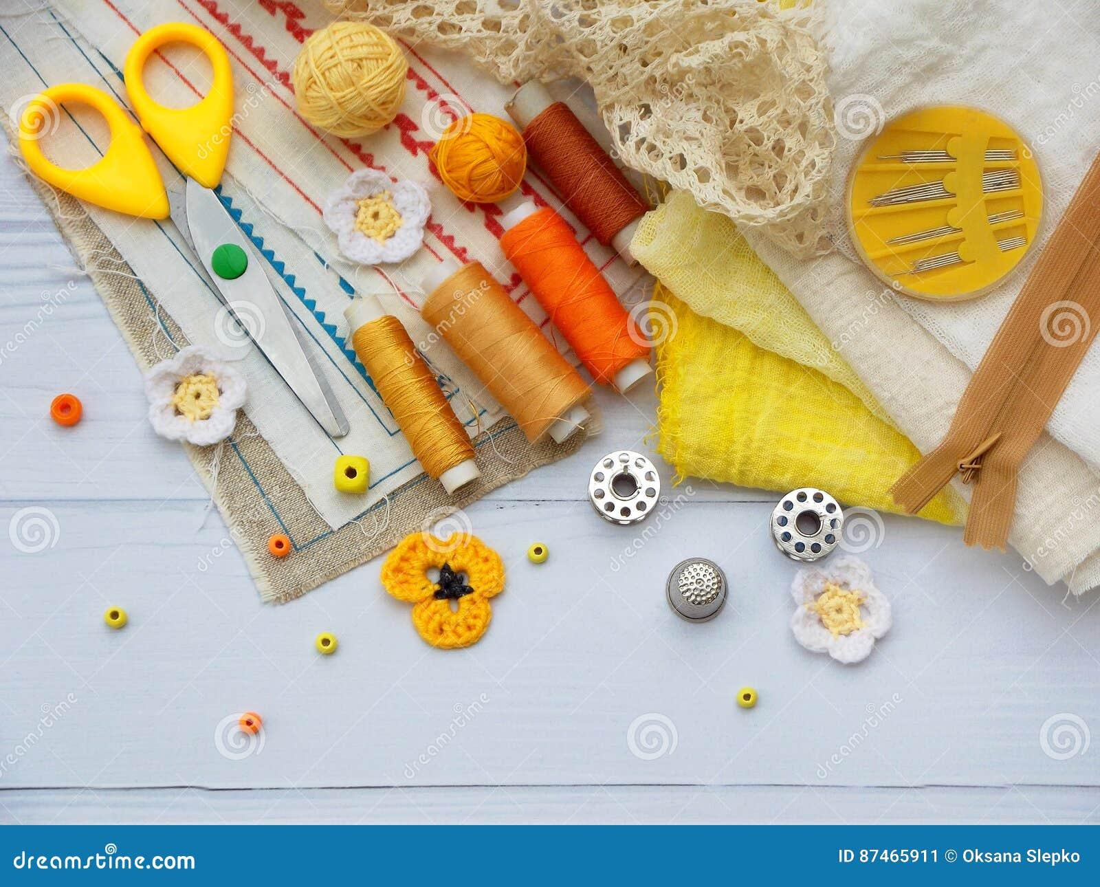 Composition des accessoires jaunes pour la couture sur le fond en bois Tricotage, broderie, cousant Petite entreprise Revenu de h