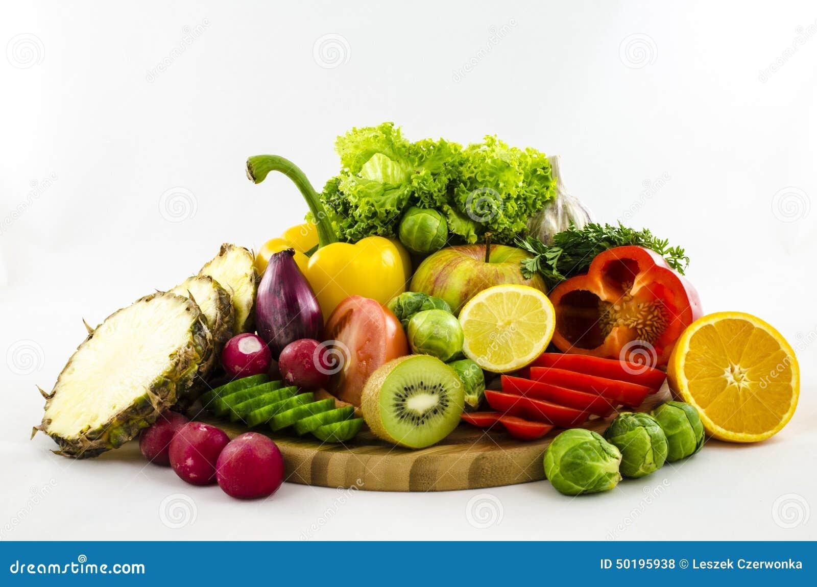 Composition des fruits et l gumes sur le conseil en bois - Decoupe legumes coupe legumes oignons et fruits ...