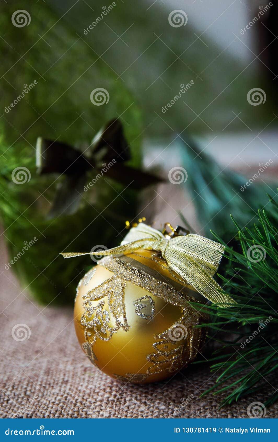 Composition en Noël avec la bougie et les décorations brûlantes