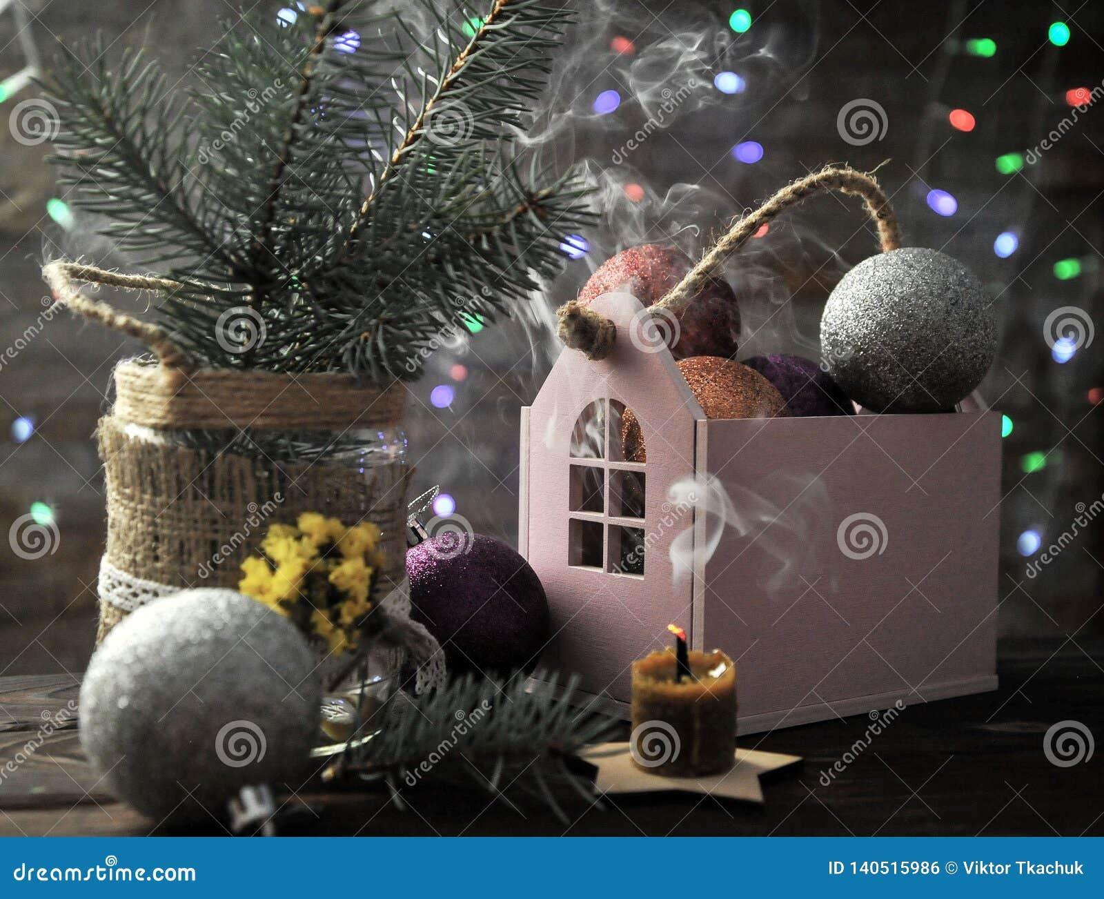 Composition en Noël avec une bougie, une maison et des décorations de Noël sur une table