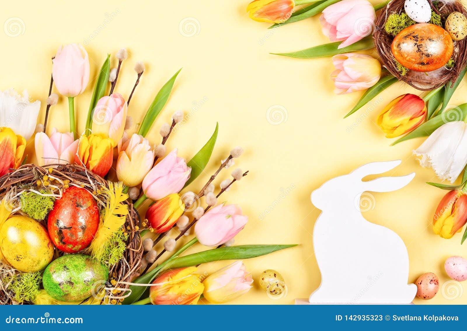 Composition en Pâques avec des oeufs de pâques en fleurs de nid et de ressort
