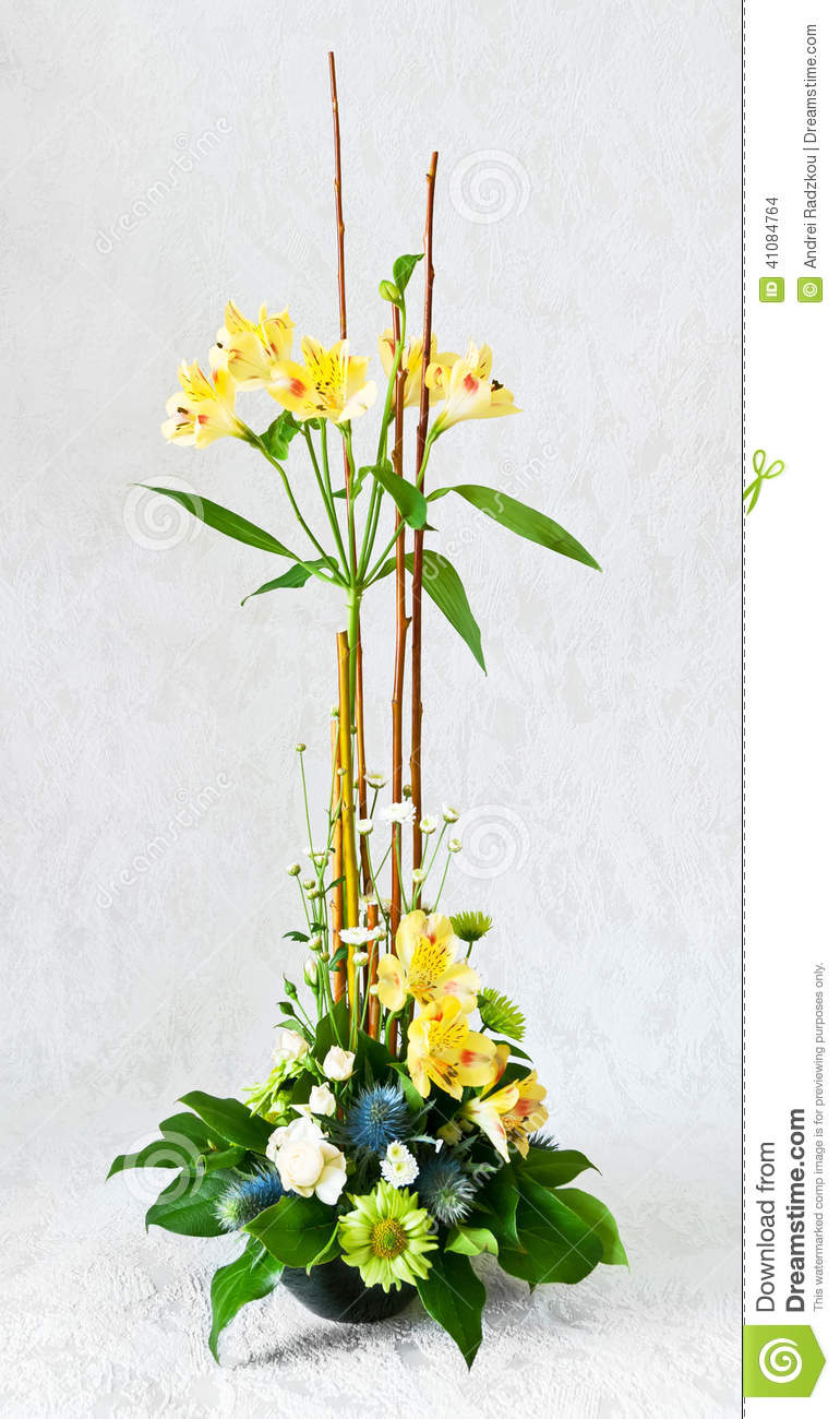 Composition florale avec l 39 alstroemeria photo stock - Composition florale avec bougie ...