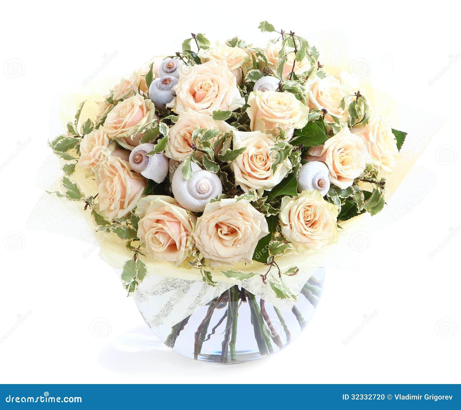 Composition florale avec les roses et les coquillages cr mes un vase en verre transparent d - Composition florale vase en verre ...