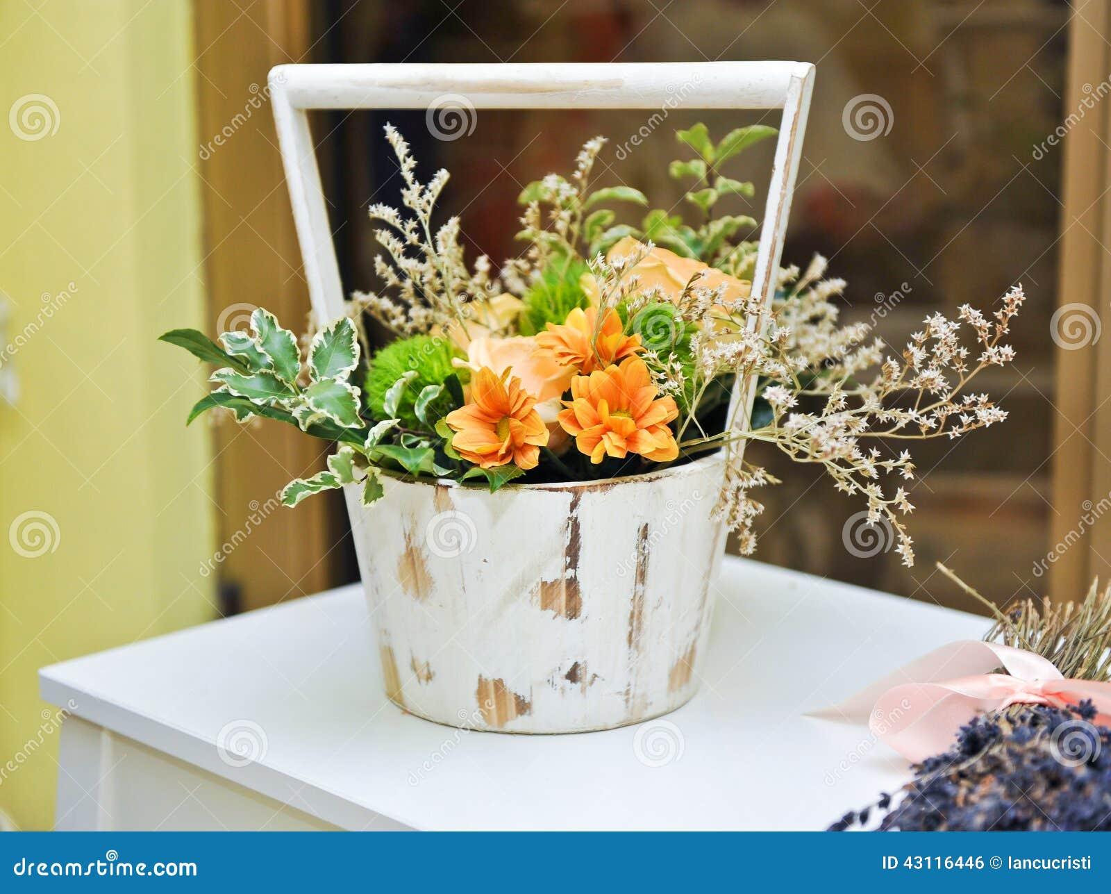 composition florale dans le pot blanc de vintage d coration de mariage avec les fleurs jaunes. Black Bedroom Furniture Sets. Home Design Ideas
