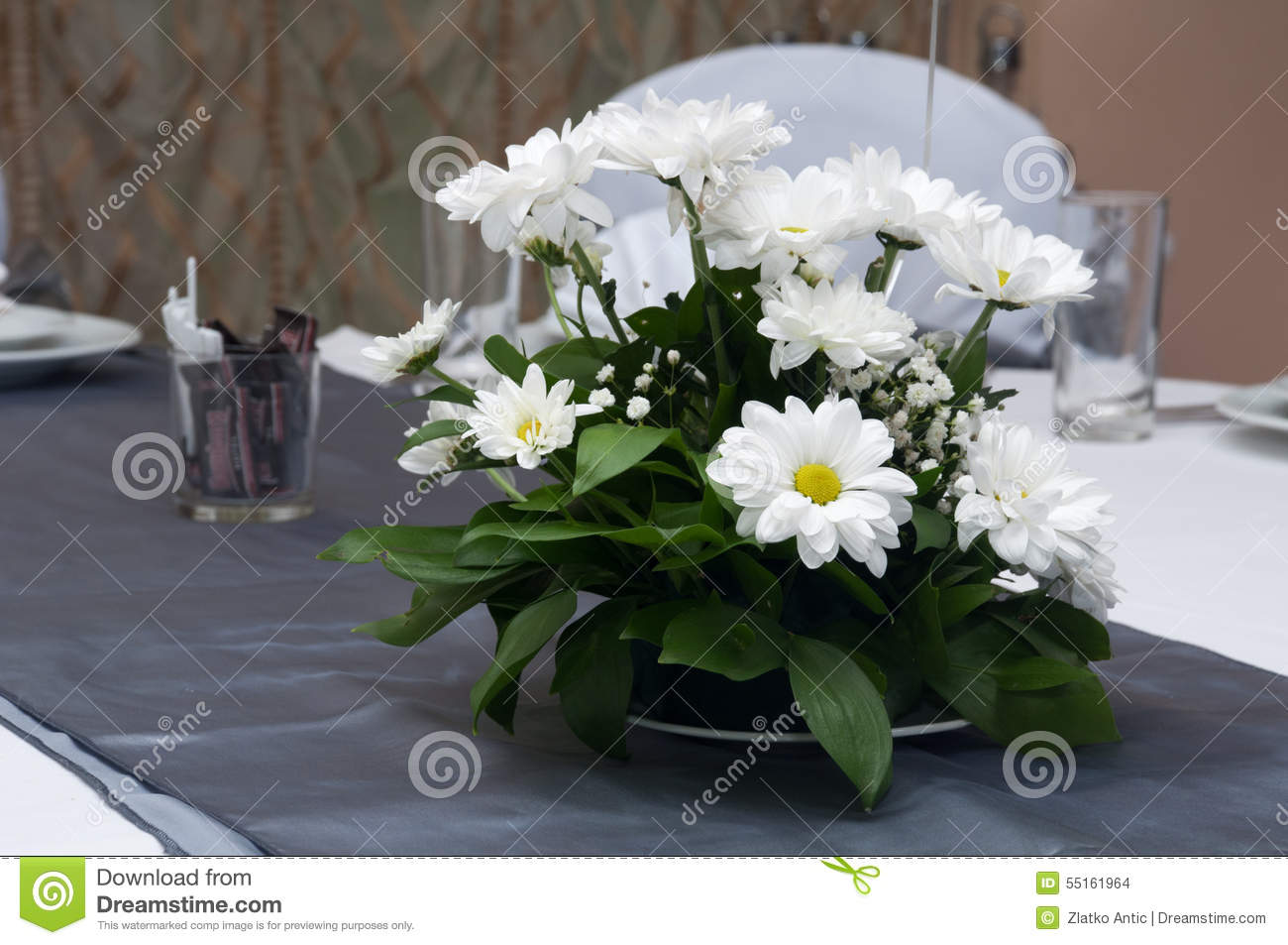 Composition florale sur la table de mariage photo stock for Composition florale table
