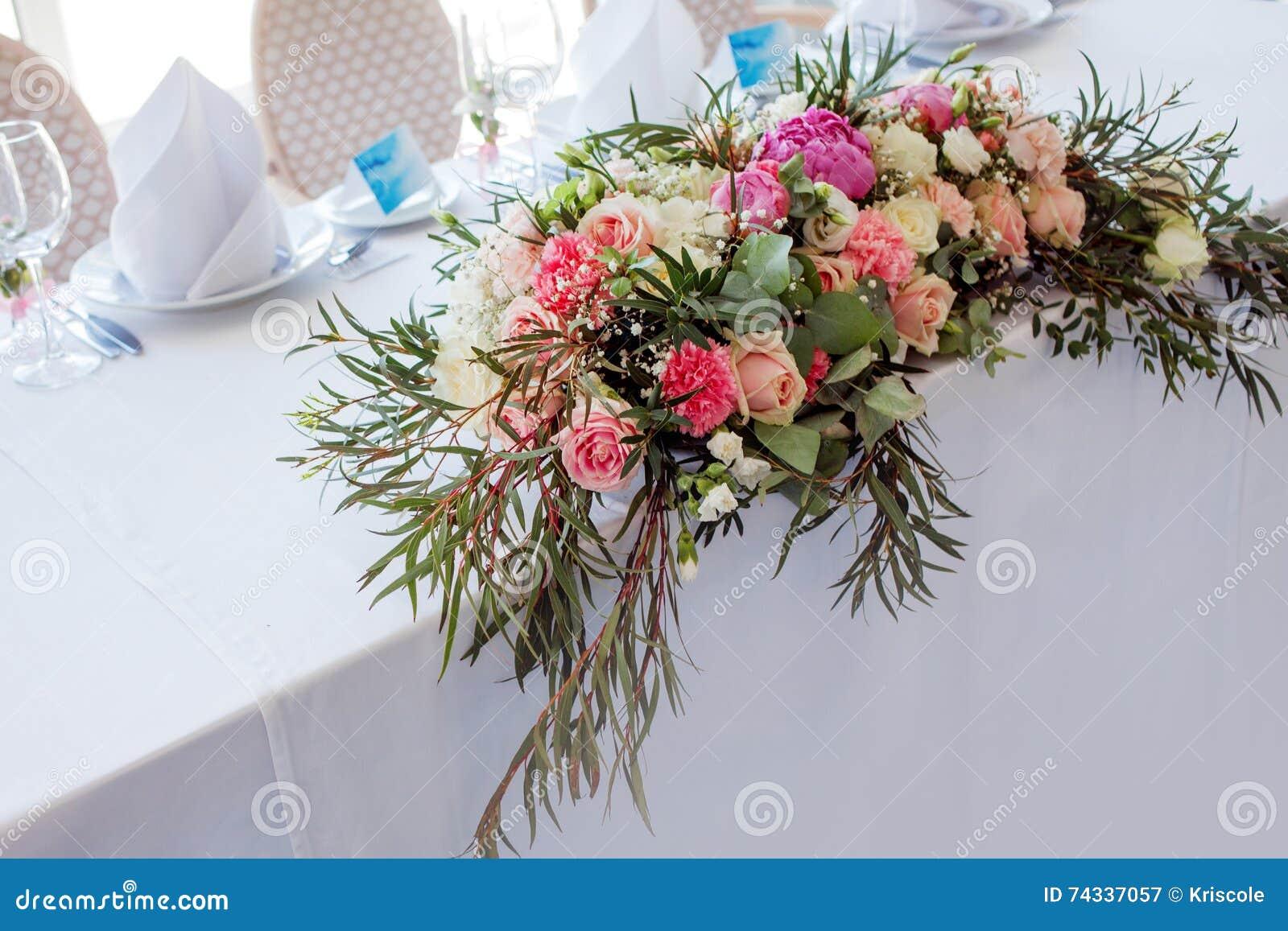 La Composition Florale : Composition florale sur la table fleurs et nappe blanche