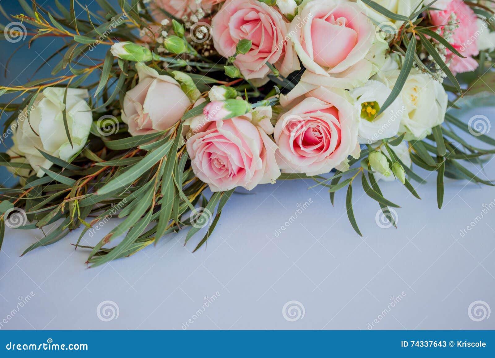 composition florale sur la table fleurs et nappe blanche, mariage