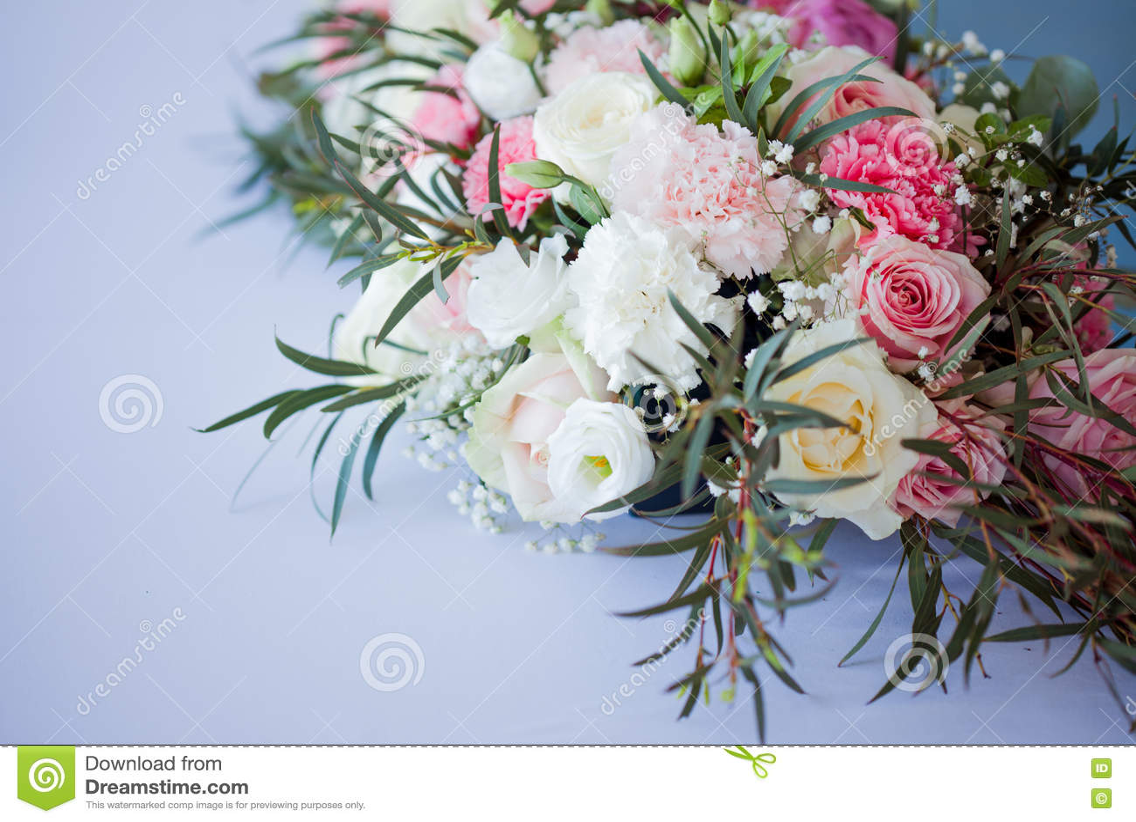 Composition Florale Sur La Table Fleurs Et Nappe Blanche Mariage Roses Pivoines Image Stock