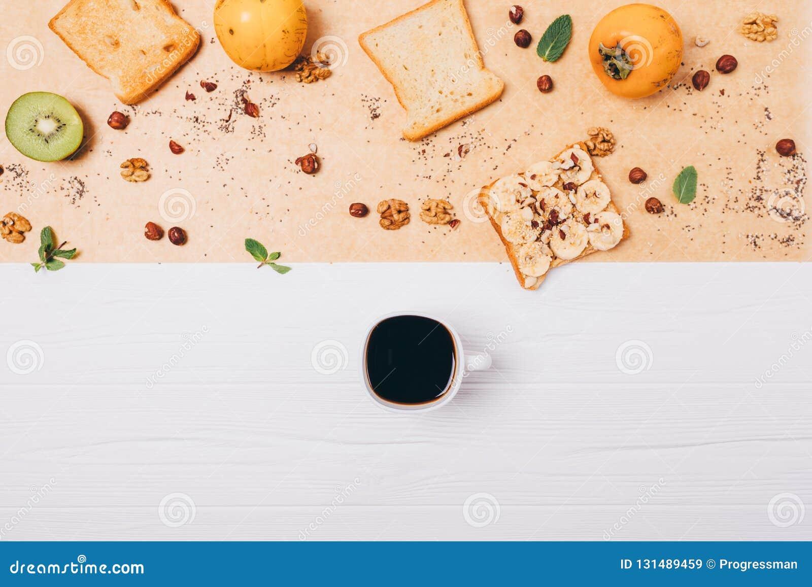 Composition végétarienne saine en petit déjeuner étendue par appartement Tasse de café d expresso sur la table en bois blanche à