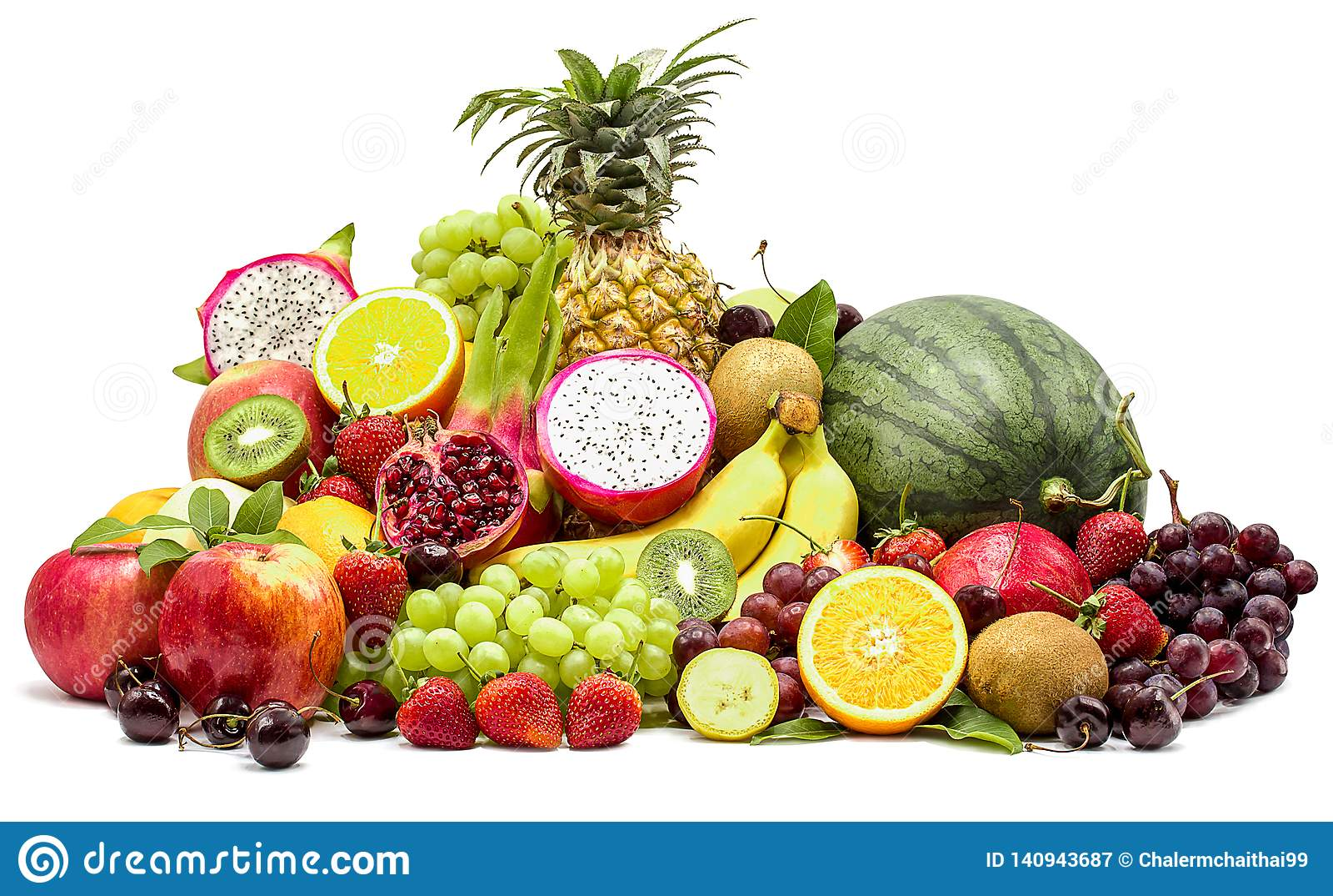 Composizione con i frutti assortiti isolata su fondo bianco con il percorso di ritaglio