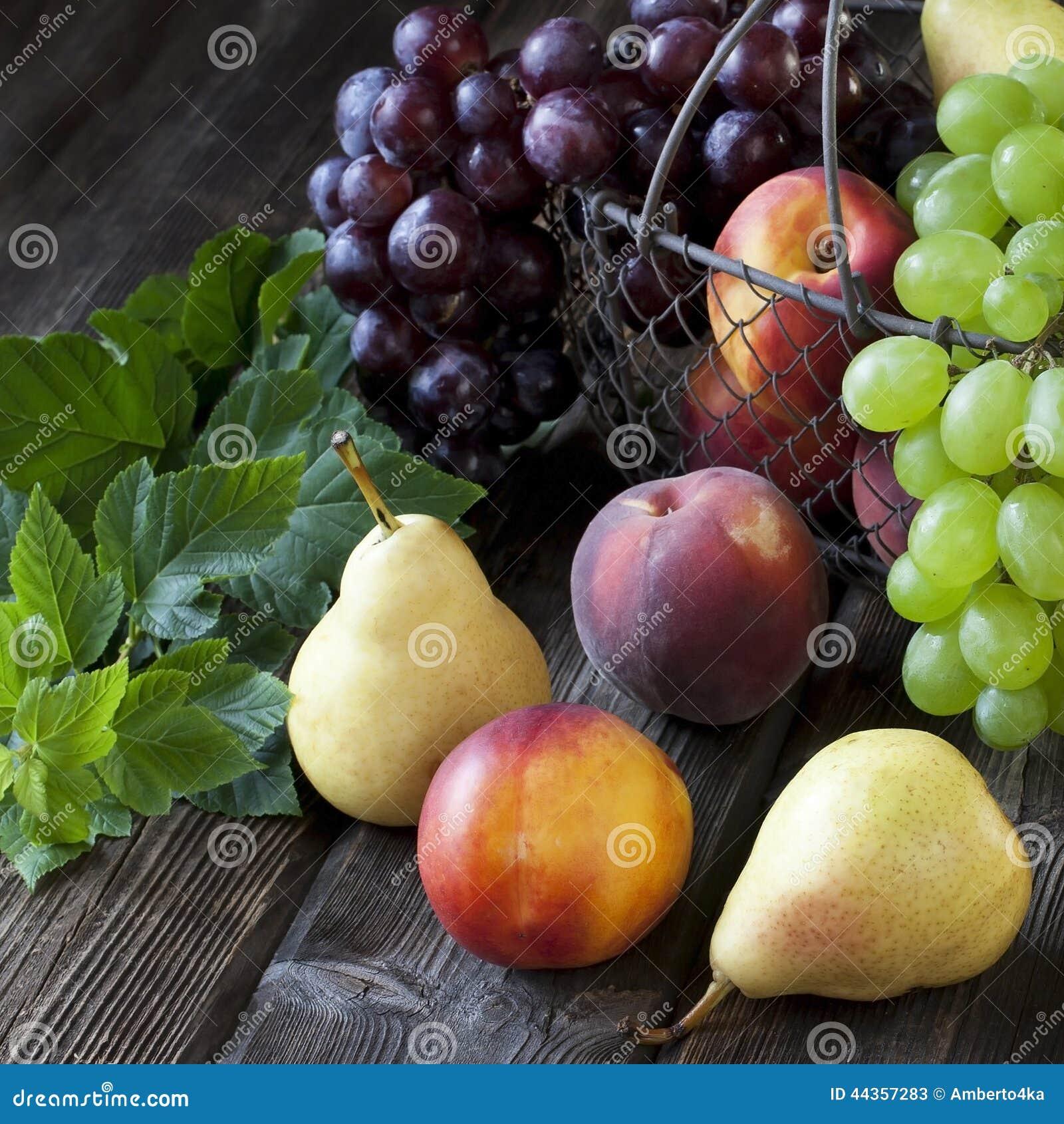 Composizione con i frutti saporiti