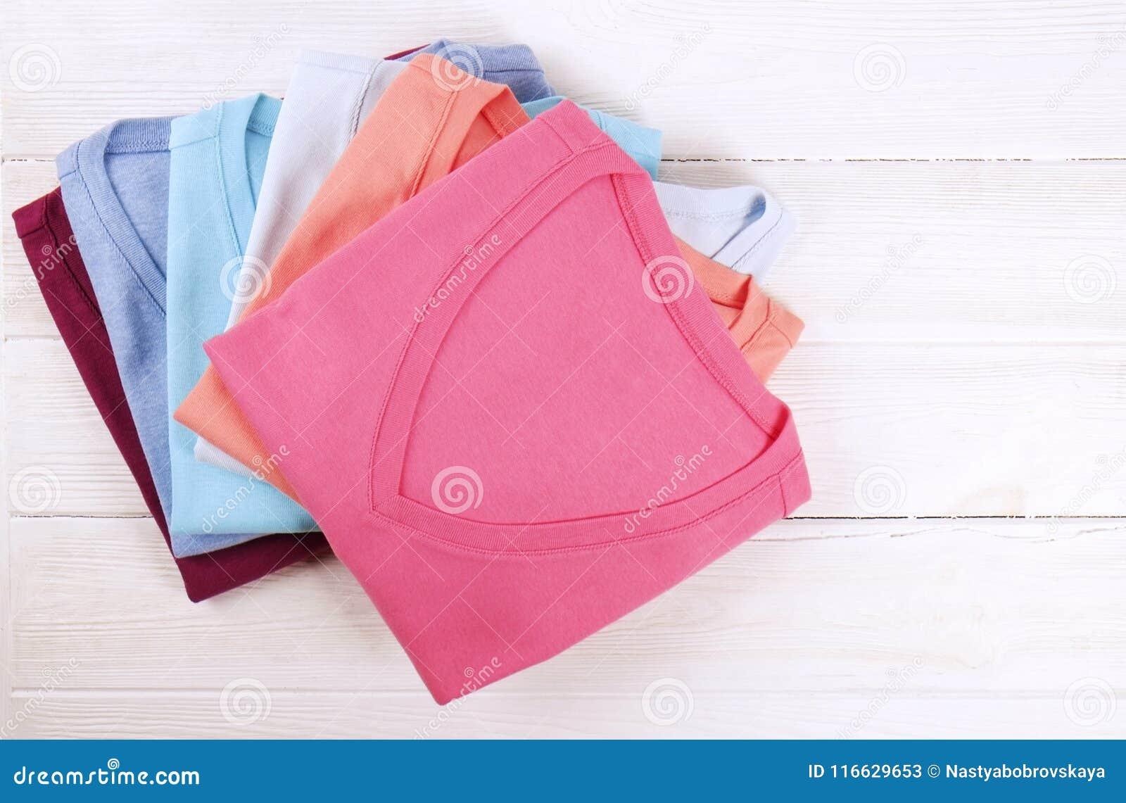 edd54c5177cd composizione-con-i-vestiti-piegati-unisex-per-sia-l-uomo-che-donna -colore-differente-materiale-mucchio-della-lavanderia-116629653.jpg