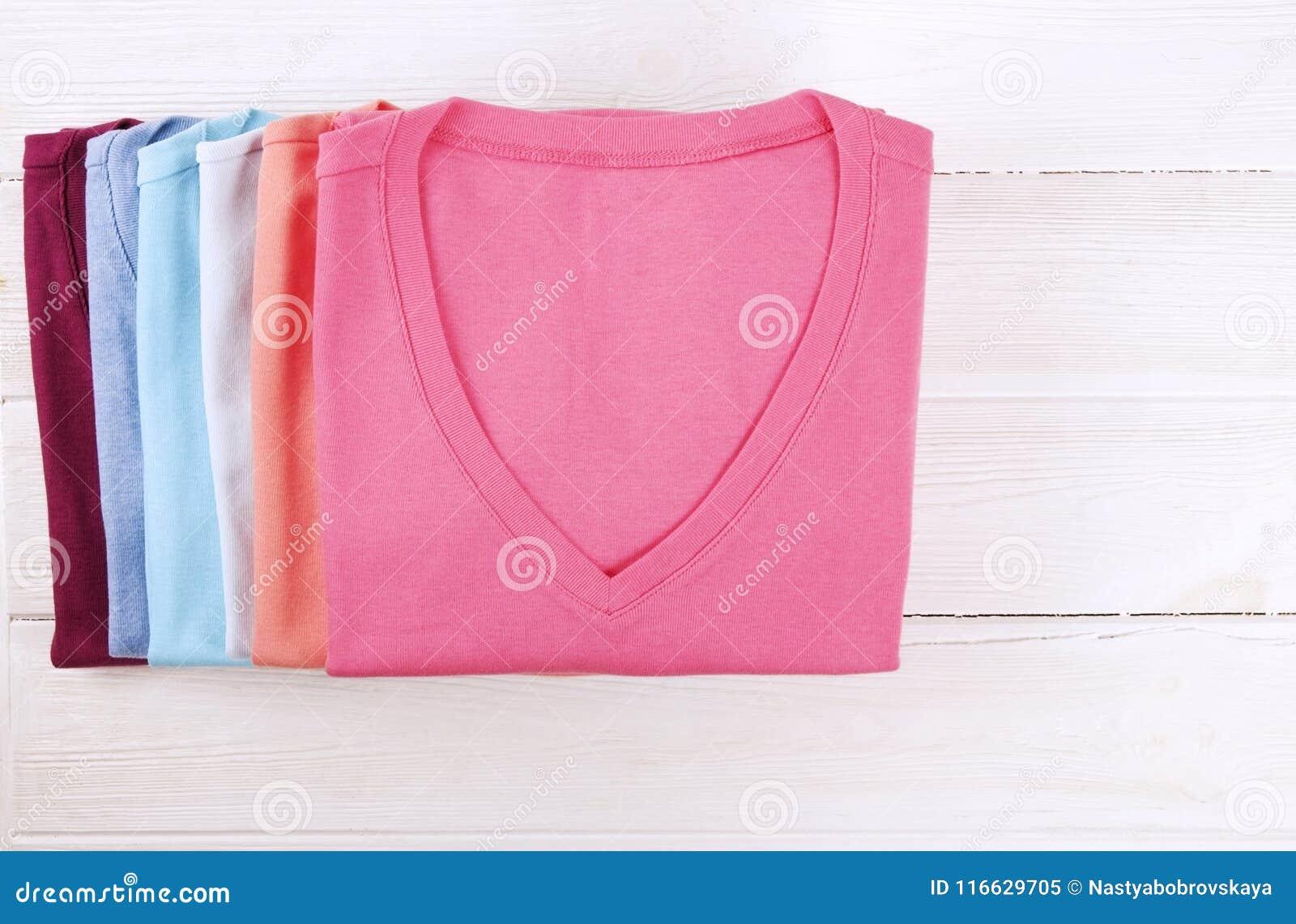 d5b54788f3d4 composizione-con-i-vestiti-piegati-unisex-per-sia-l-uomo-che-donna -colore-differente-materiale-mucchio-della-lavanderia-116629705.jpg