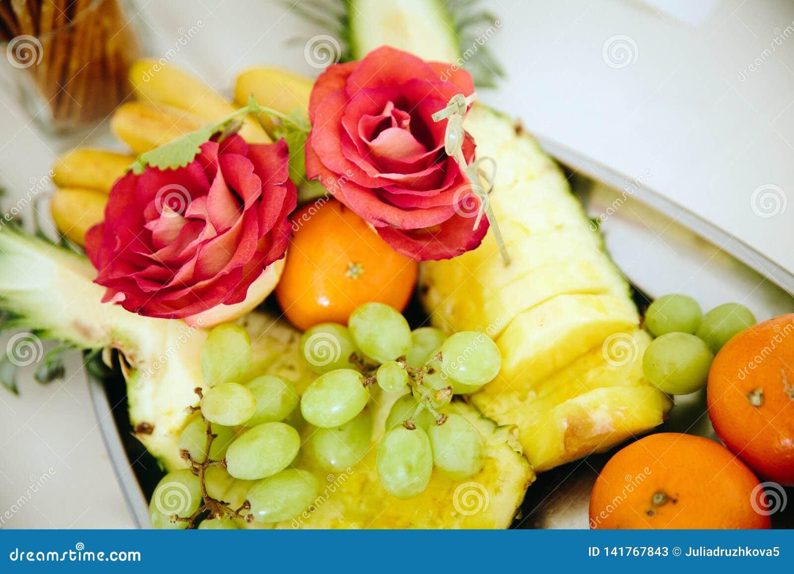 Composizione dei frutti e delle bacche maturi luminosi, fiori