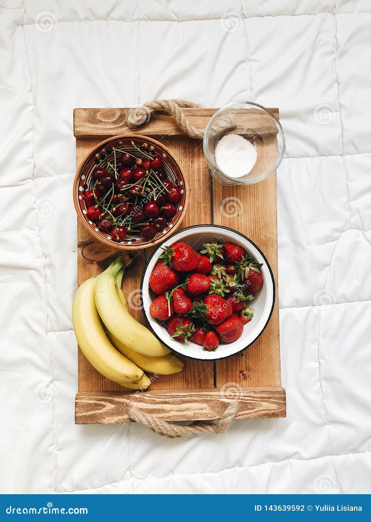Composizione di vari frutti esotici su fondo bianco