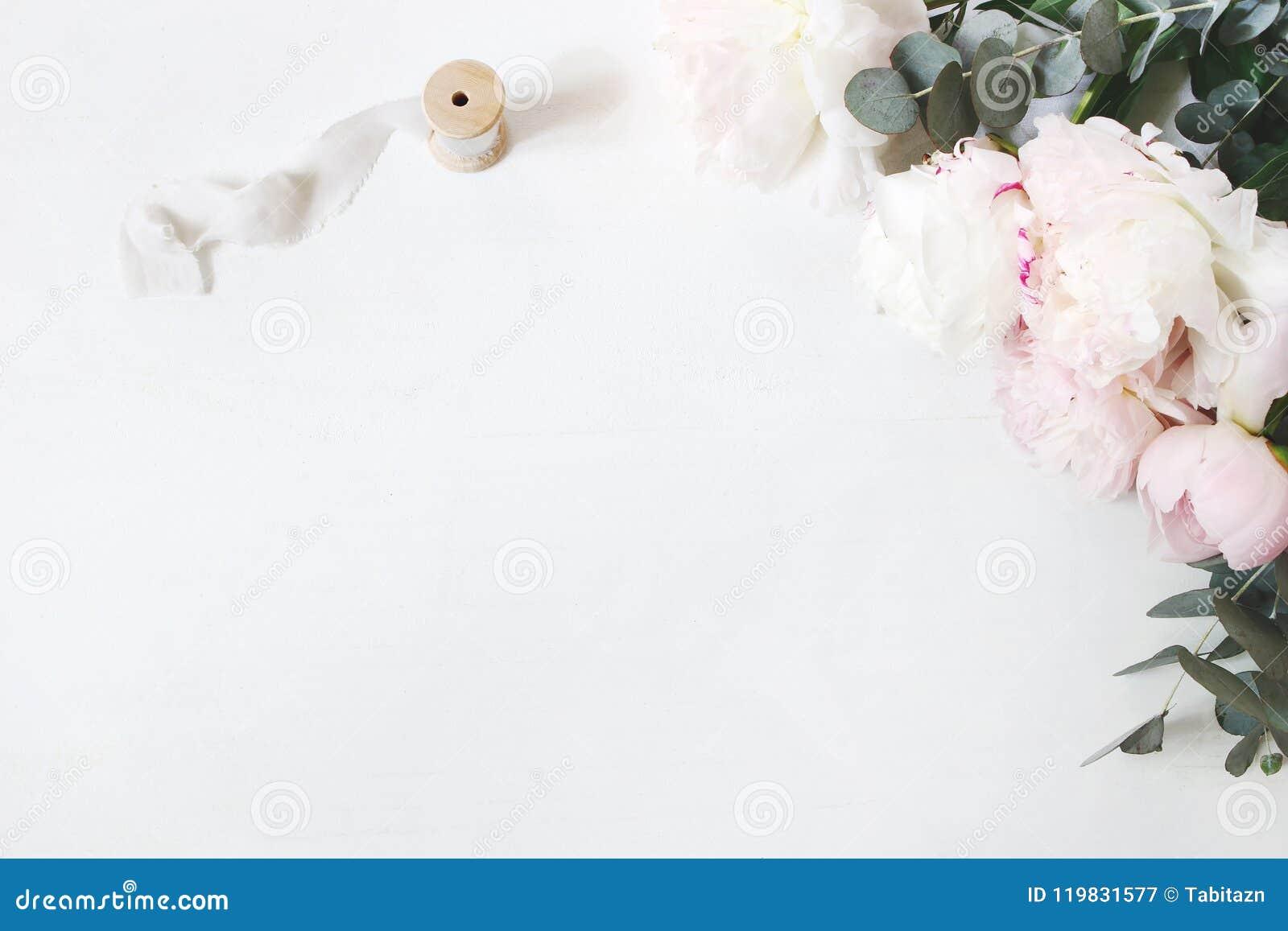 Composizione femminile in tavola di compleanno o in nozze con il mazzo floreale Fiori delle peonie, eucalyptus e seta bianchi e r