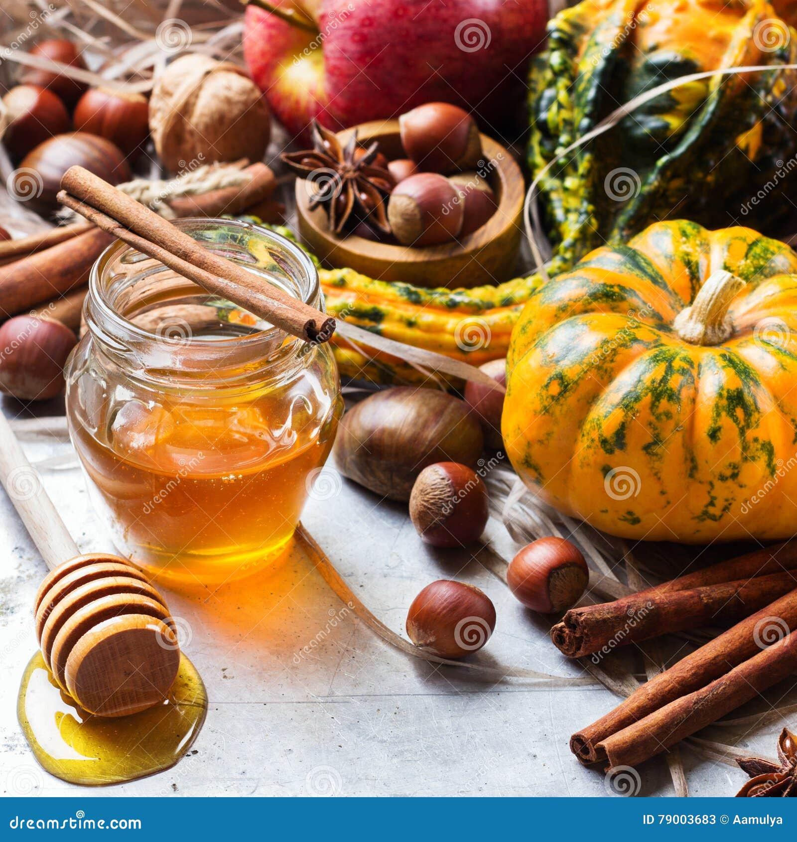 Composizione in natura morta di Halloween di caduta di autunno con la castagna dei dadi della zucca