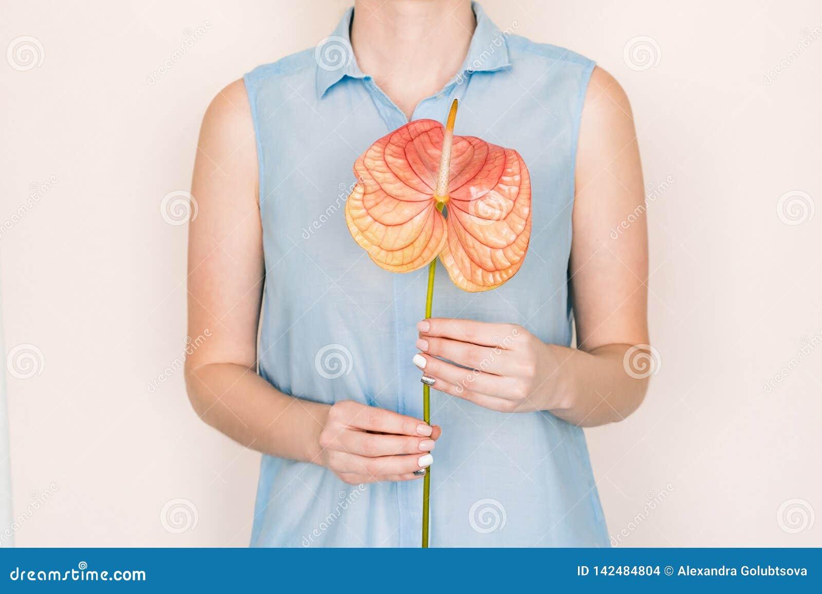 Composizione nel fiore e nel manicure