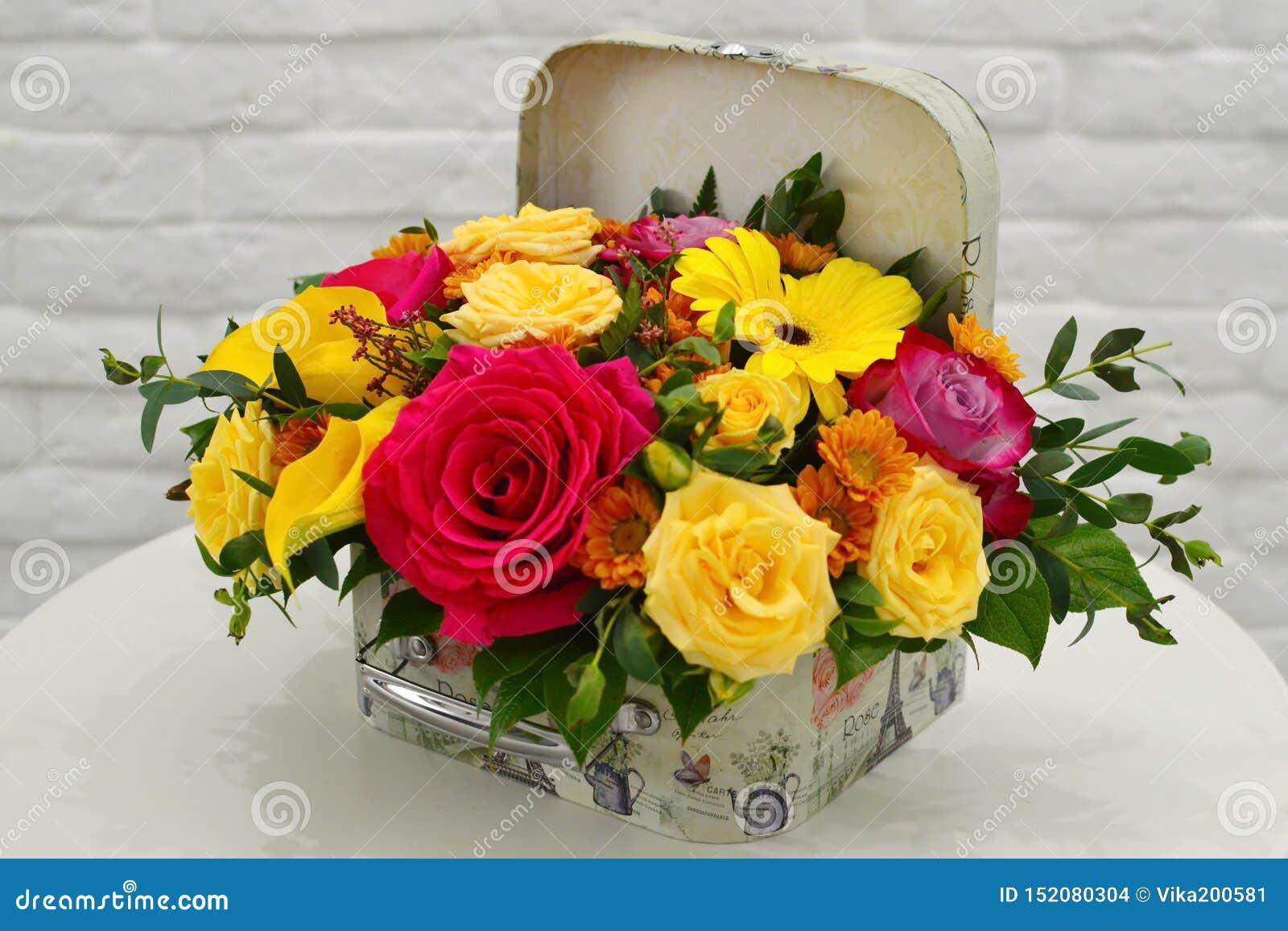 Composizione nel fiore in un contenitore alla moda di cappello