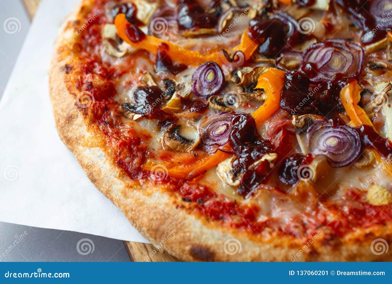 Composizione nella pizza sulla tavola di legno con fondo grigio