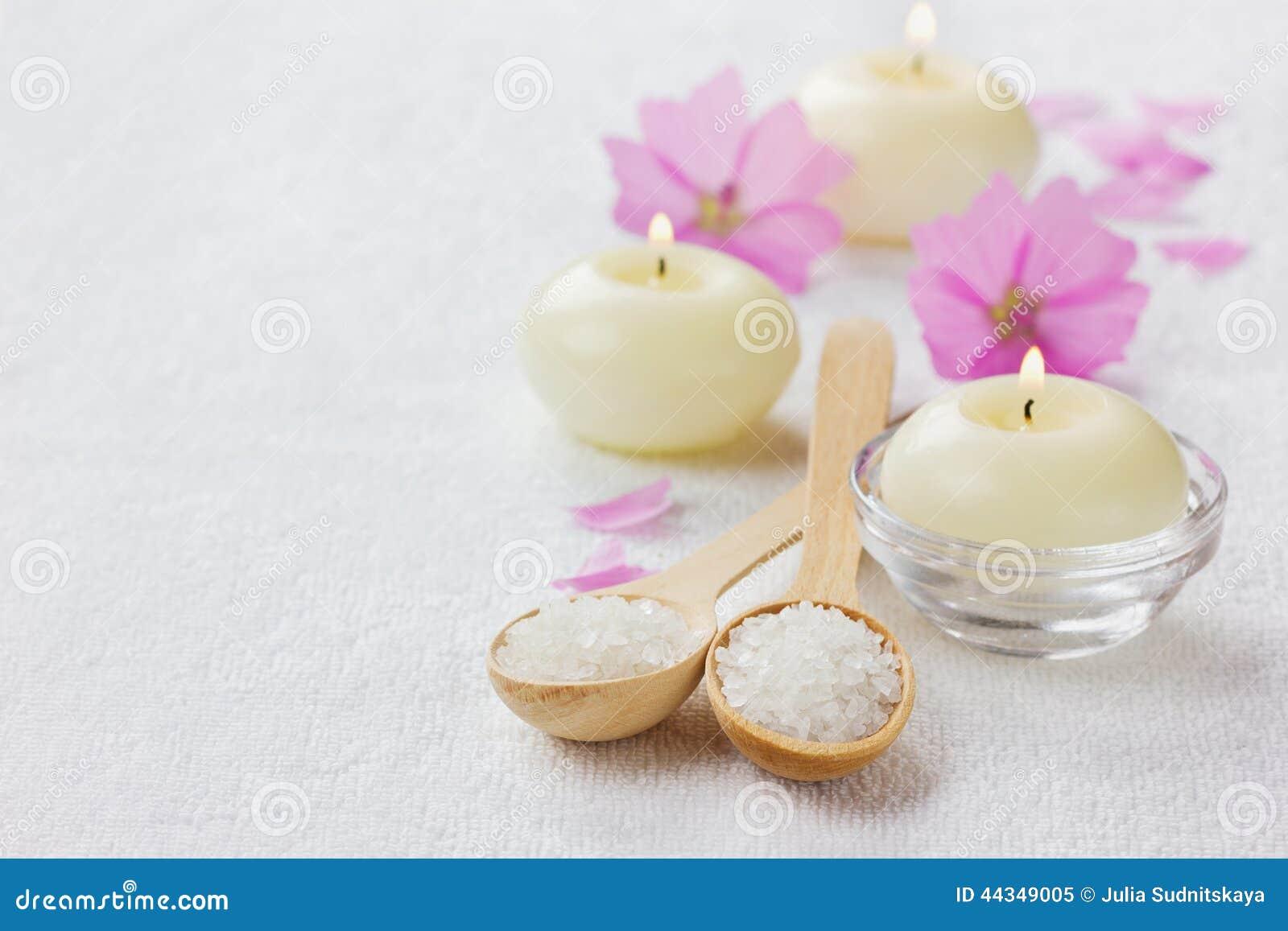 Composizione nella stazione termale con il bagno del sale marino in cucchiaio di legno in fiori - Candele da bagno ...
