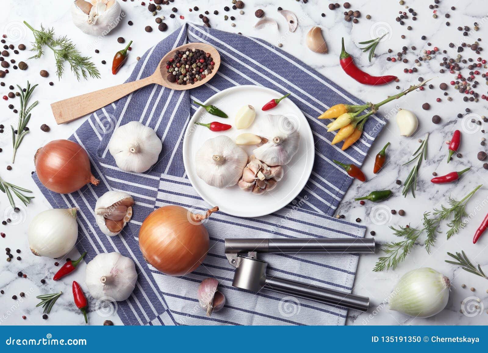 Composizione posta piana con aglio, peperoni e le cipolle