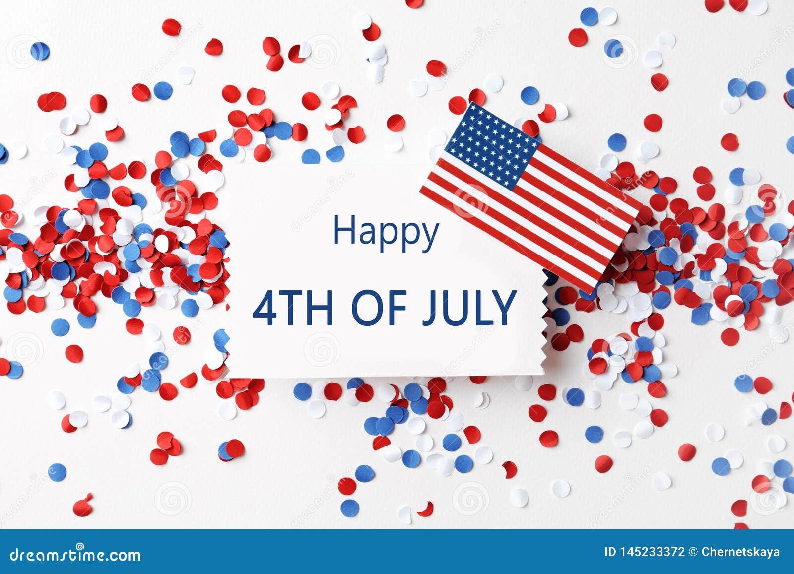 Composizione posta piana con la cartolina d auguri, la bandiera di U.S.A. ed i coriandoli Festa dell indipendenza felice