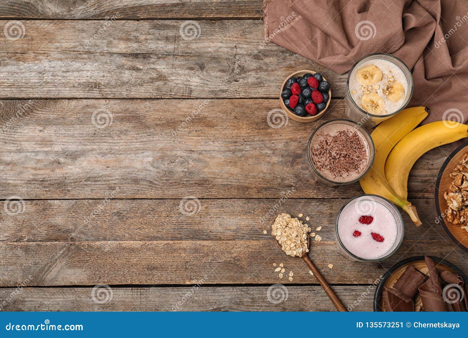 Composizione posta piana con le scosse e gli ingredienti della proteina
