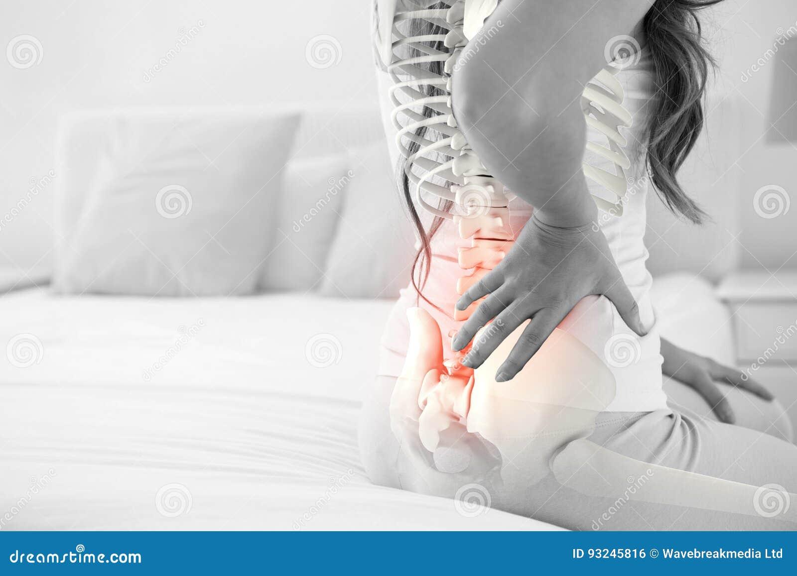 Composto di Digital della spina dorsale Highlighted della donna con dolore alla schiena