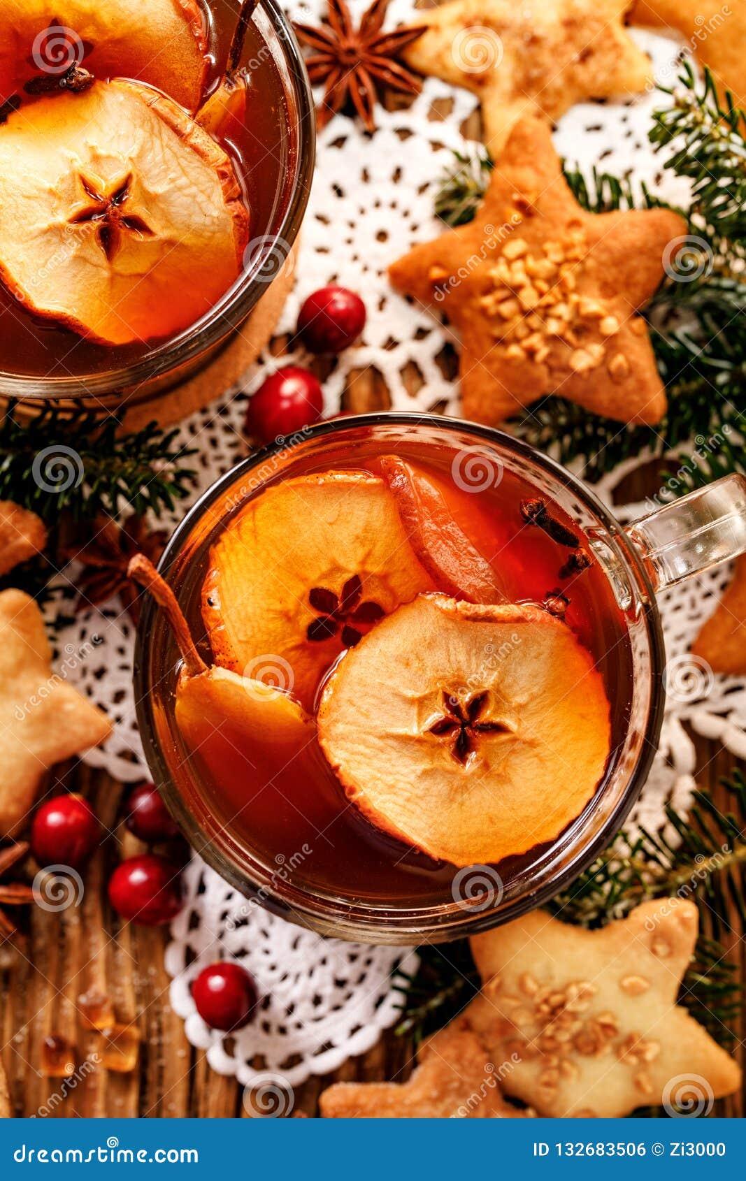 Compota de las frutas secadas y de las especias aromáticas, una bebida tradicional durante cena de la Navidad La Navidad polaca t
