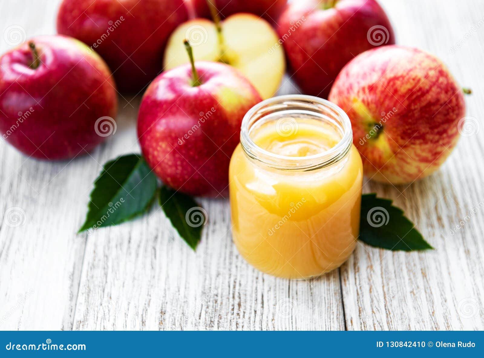 Compota de manzanas en el tarro de cristal