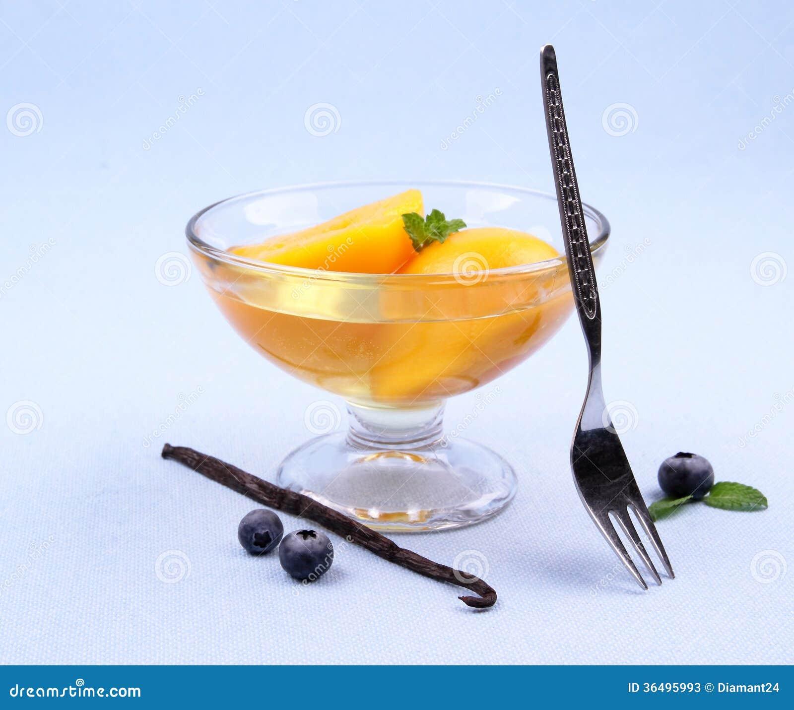 compote de p che dans le bol en verre avec la fourchette les myrtilles et la vanille photos. Black Bedroom Furniture Sets. Home Design Ideas