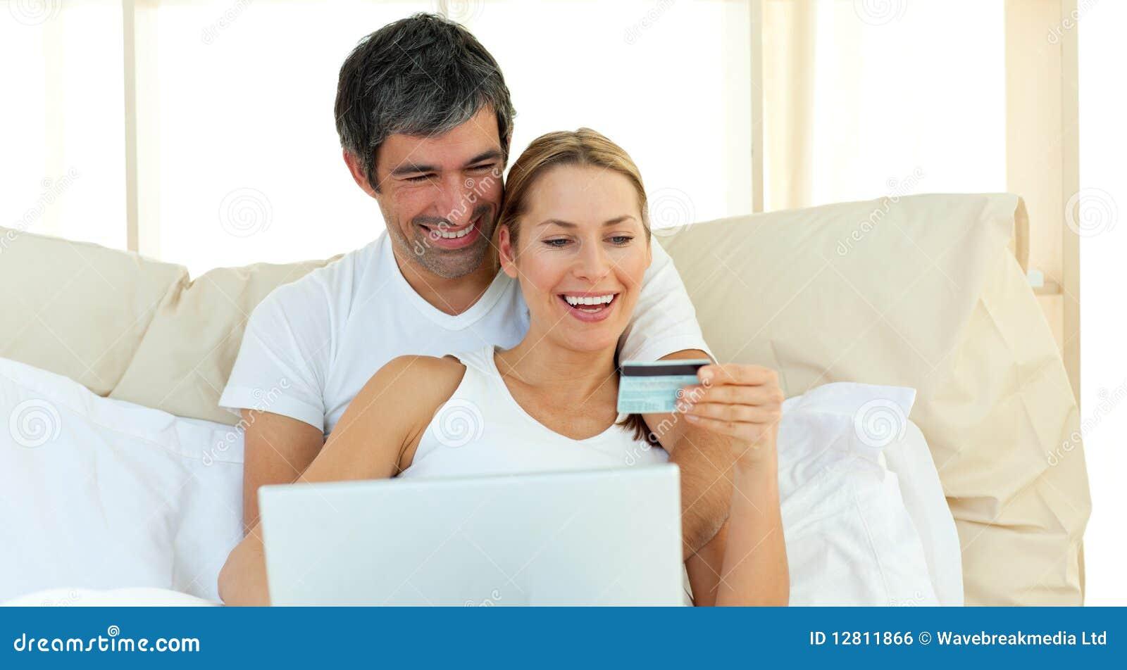 Compra afectuosa dos pares no Internet