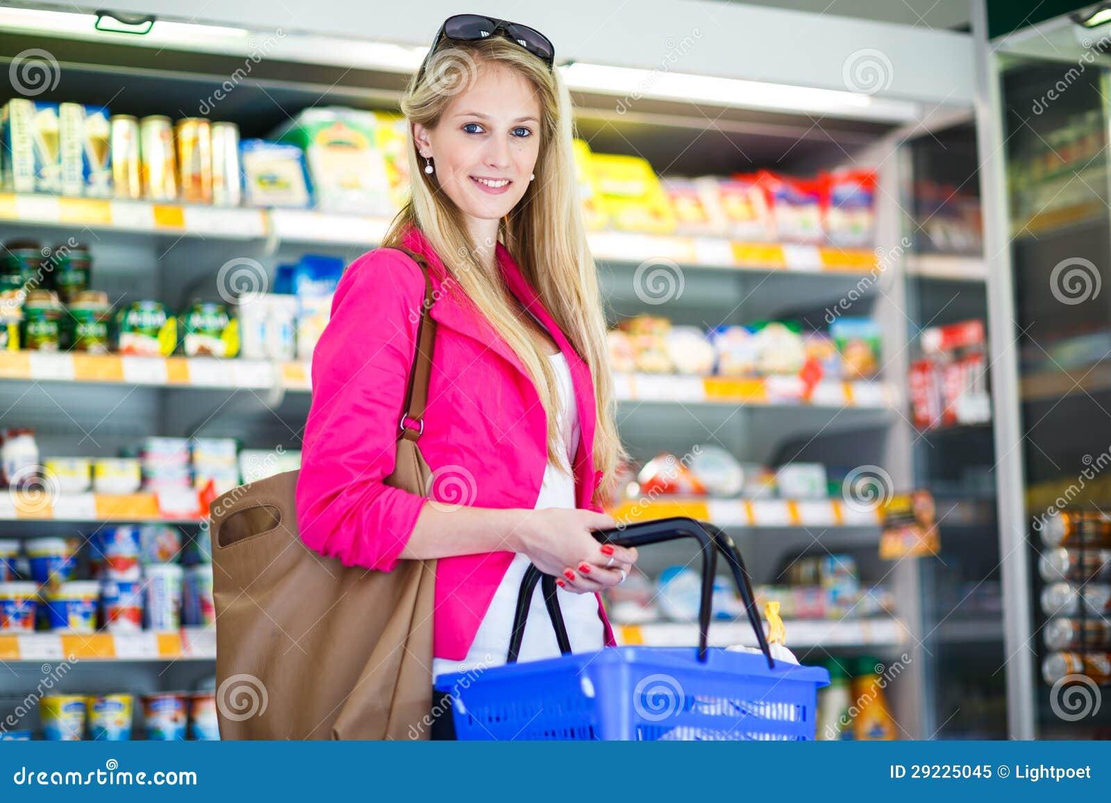 Download Compra Bonita Da Jovem Mulher Em Uma Mercearia/supermercado Imagem de Stock - Imagem de comer, bonito: 29225045