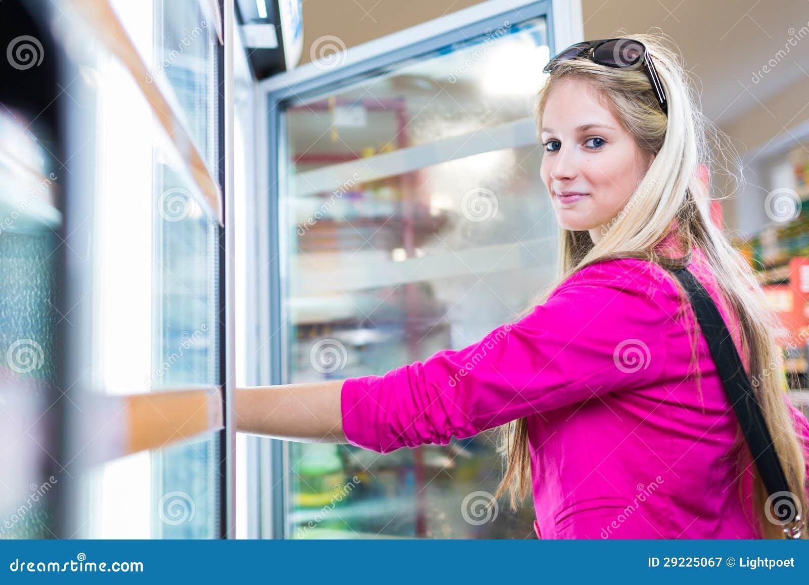 Download Compra Bonita Da Jovem Mulher Em Uma Mercearia/supermercado Imagem de Stock - Imagem de departamento, americano: 29225067