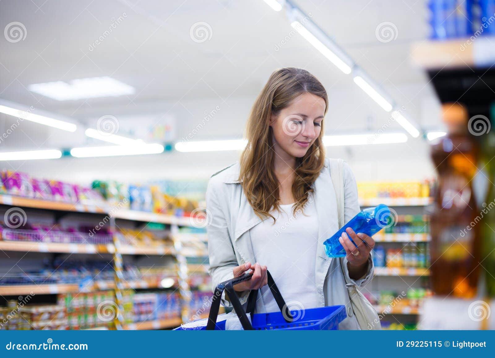 Download Compra Bonita Da Jovem Mulher Em Uma Mercearia/supermercado Imagem de Stock - Imagem de mantimento, atrativo: 29225115