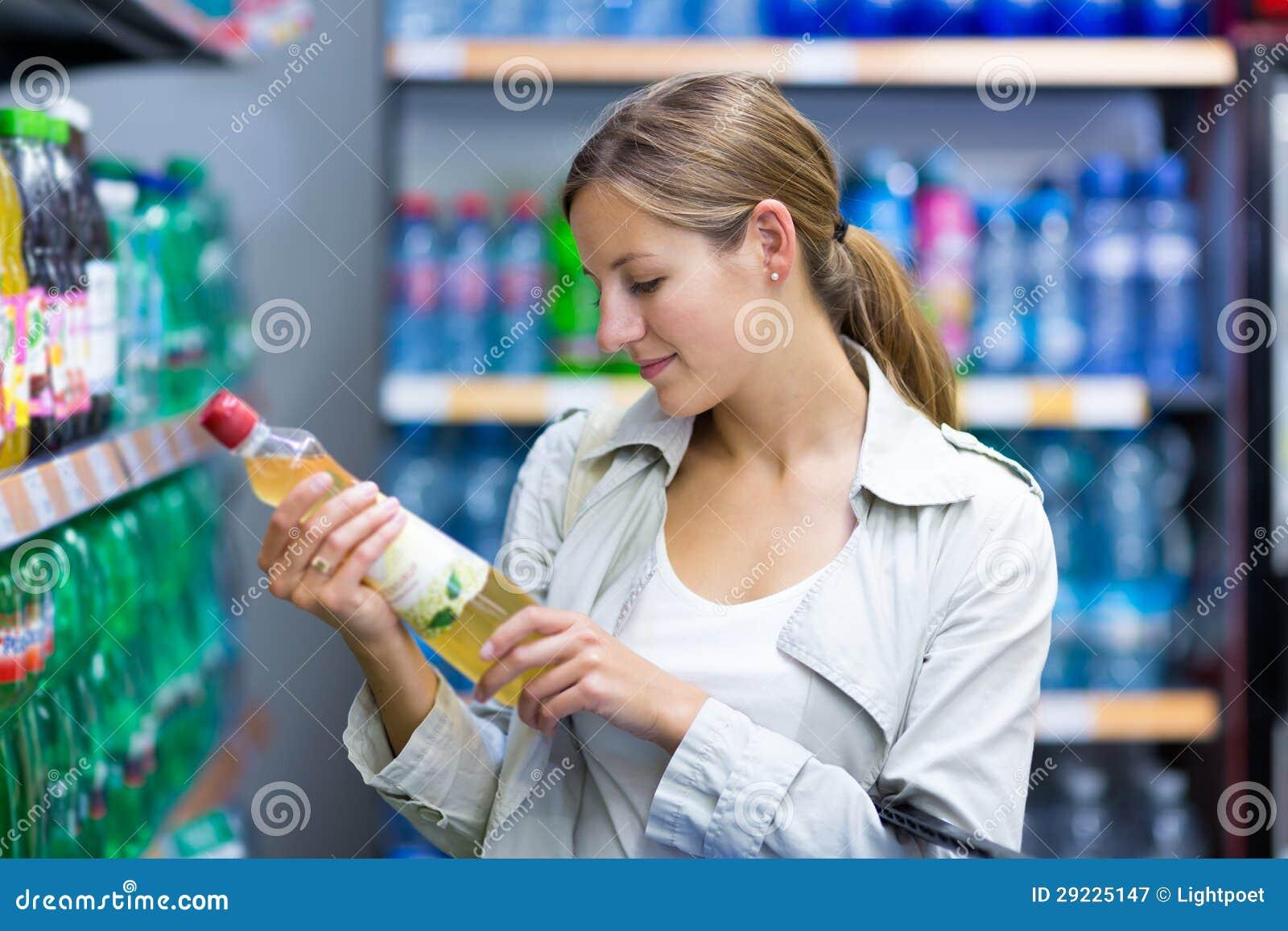 Download Compra Bonita Da Jovem Mulher Em Uma Mercearia/supermercado Imagem de Stock - Imagem de senhora, corredor: 29225147