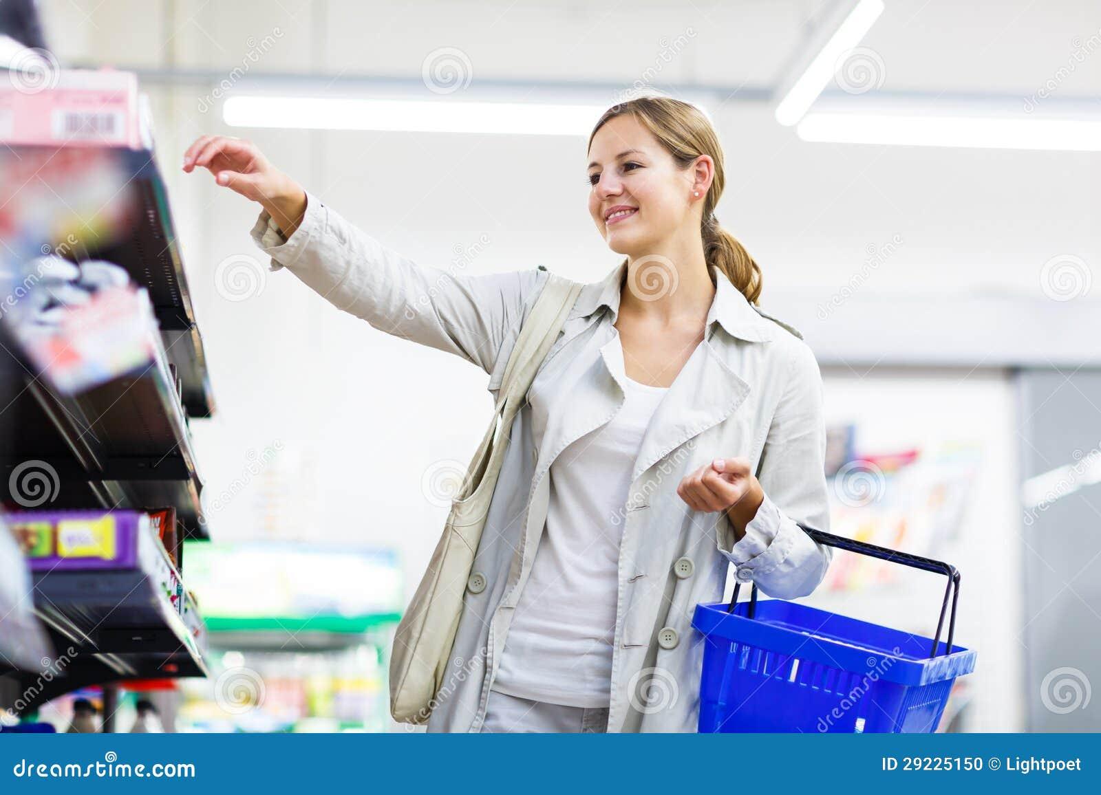 Download Compra Bonita Da Jovem Mulher Em Uma Mercearia/supermercado Foto de Stock - Imagem de lifestyle, fruta: 29225150