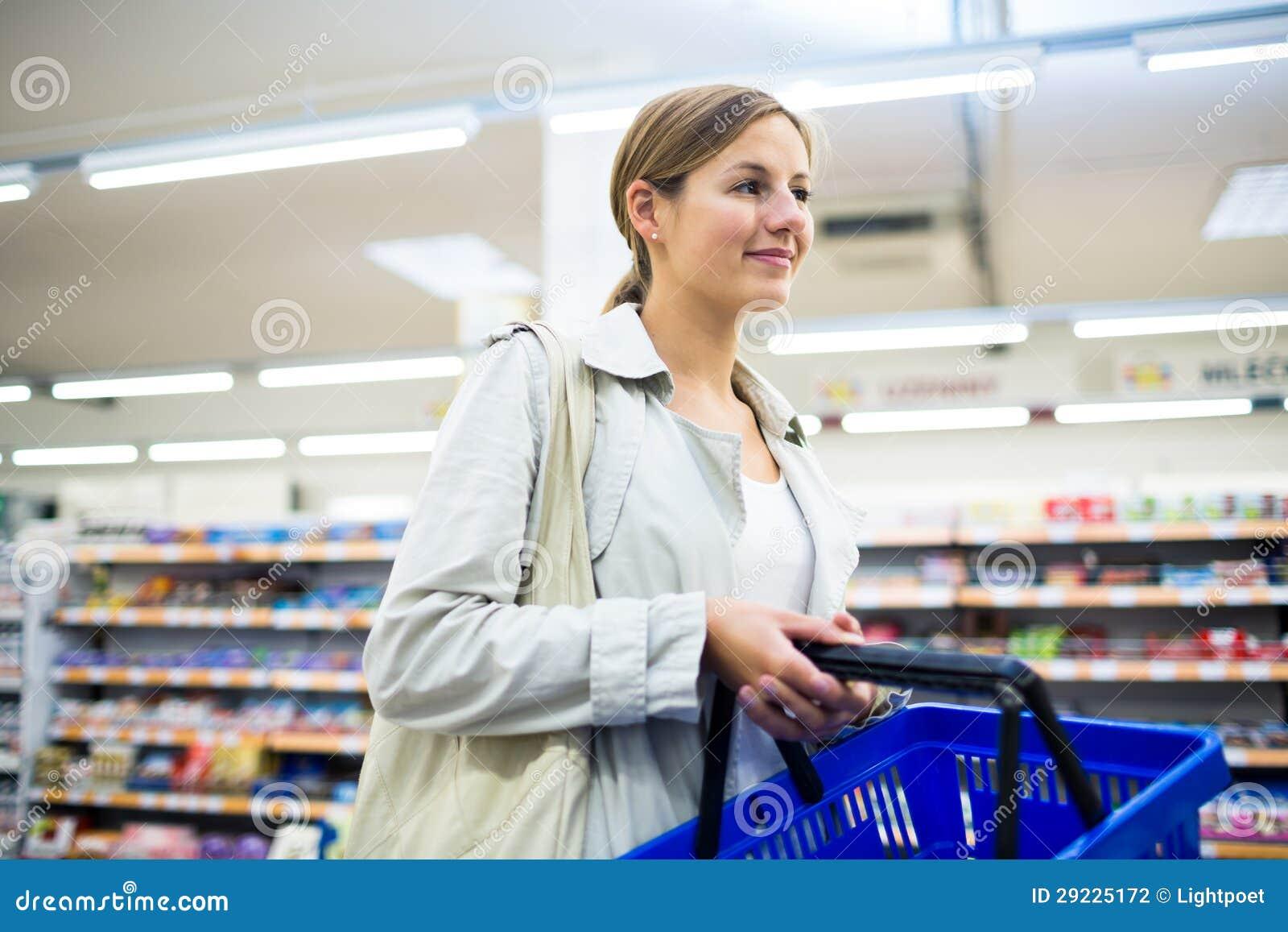 Download Compra Bonita Da Jovem Mulher Em Uma Mercearia/supermercado Foto de Stock - Imagem de câmera, feliz: 29225172