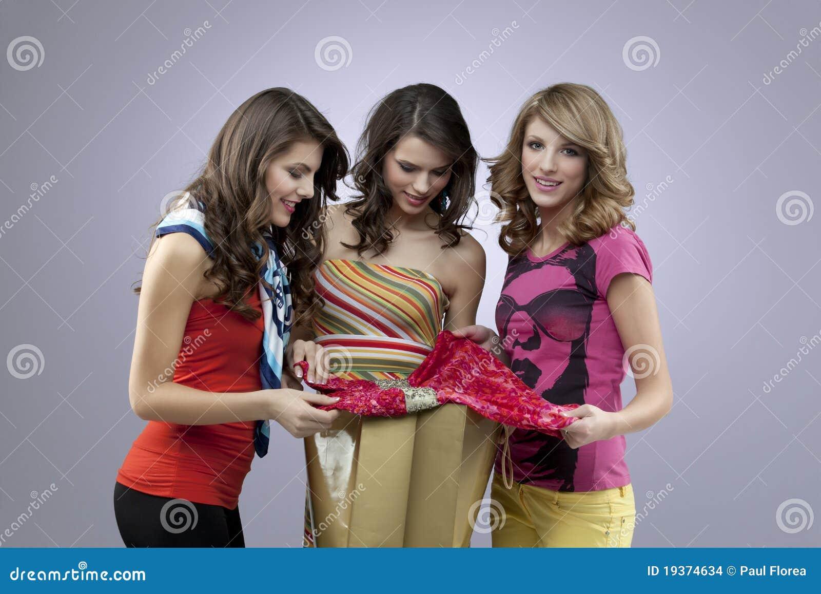 Compra bonita de três mulheres