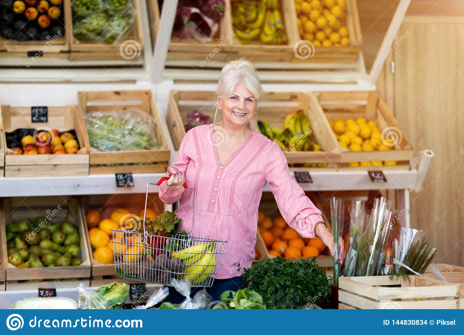 Compra da mulher na mercearia pequena