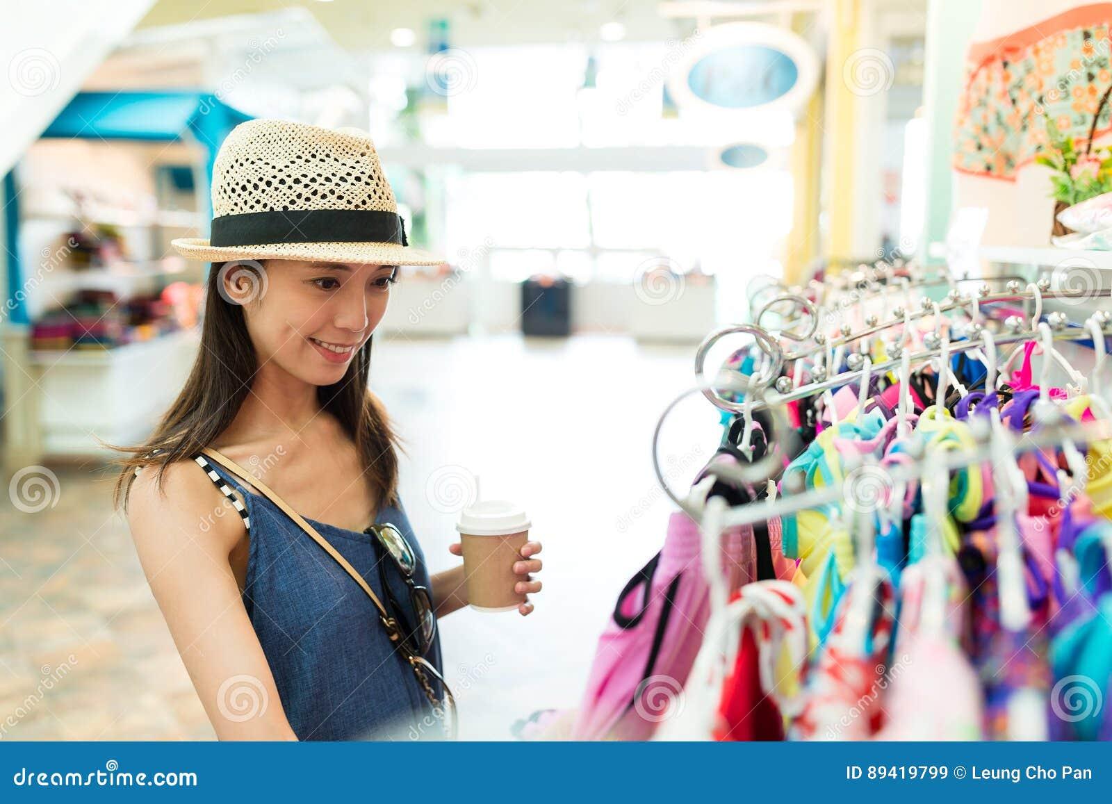 Compra da mulher no armazém