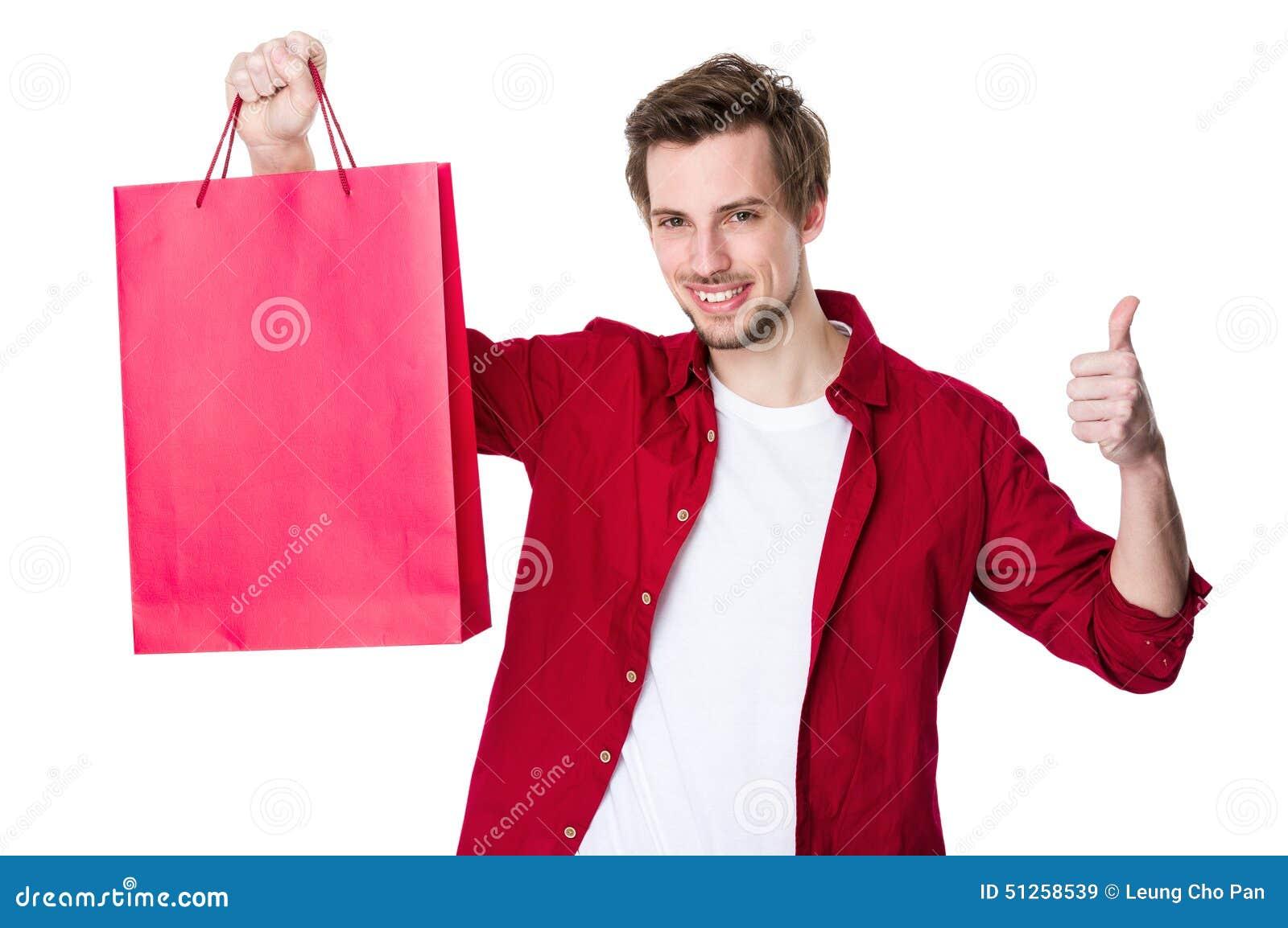 Compra feliz do homem com seus polegares acima