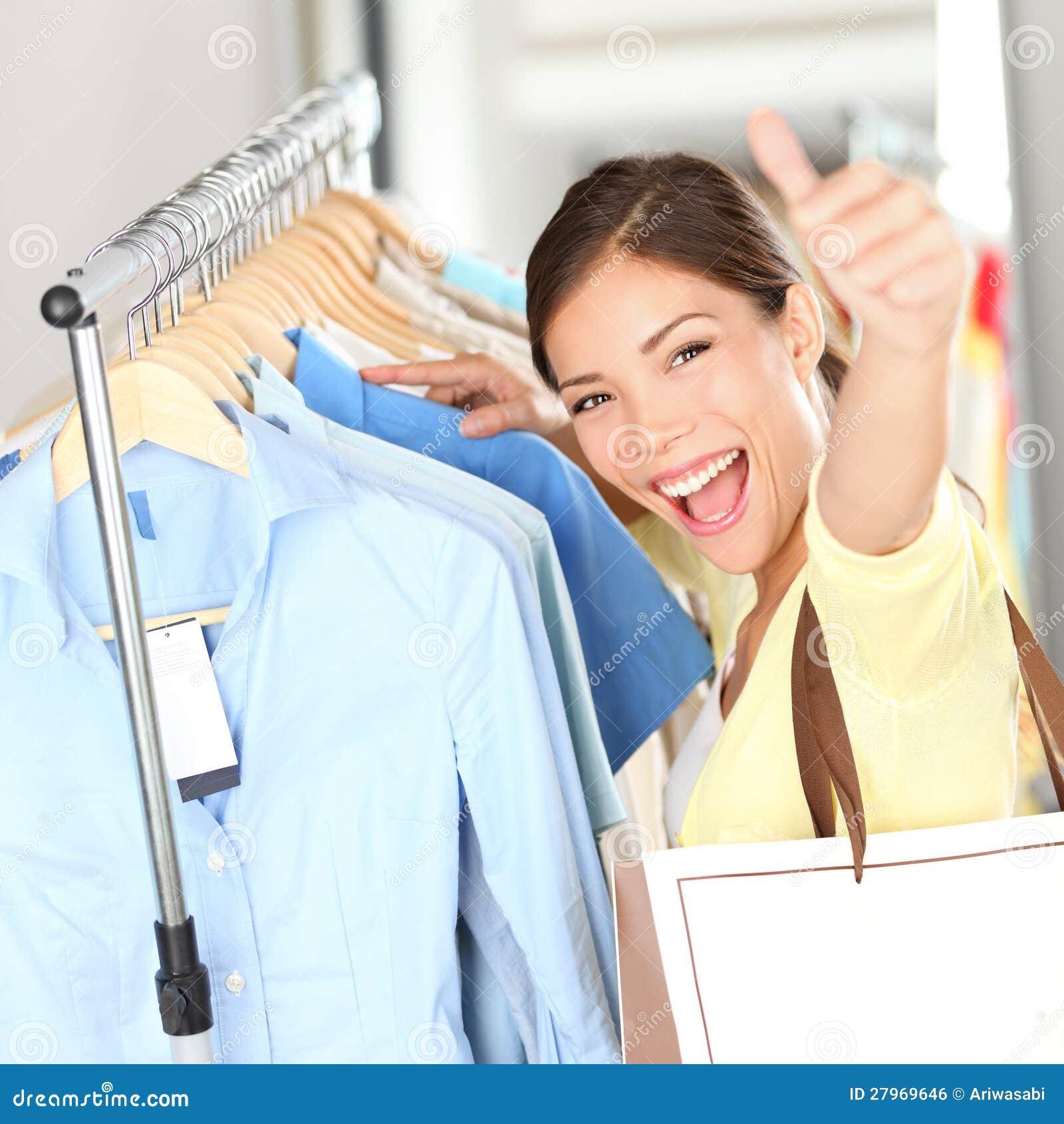 93549b896 Compra - a mulher feliz do cliente que mostra os polegares levanta saco de  compras guardarando excited na loja de roupa que procura a roupa na venda.