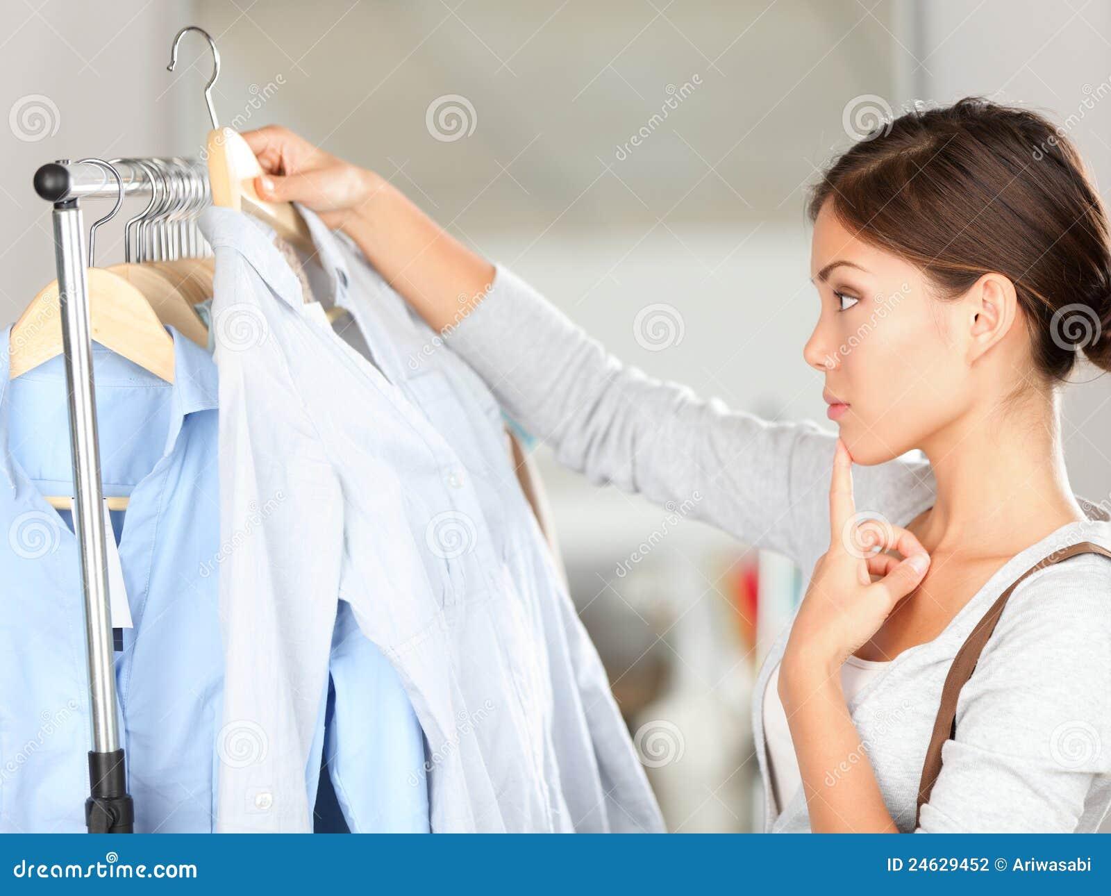 Comprador que elige el pensamiento de la ropa